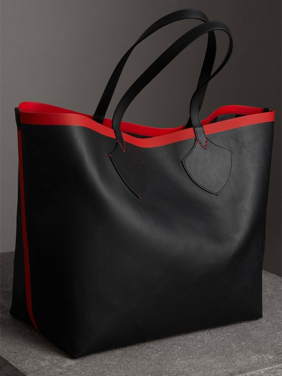 The Giant Reversible Tote in Canvas Check and Leather in Military Red/classic | Burberry - cell image 2