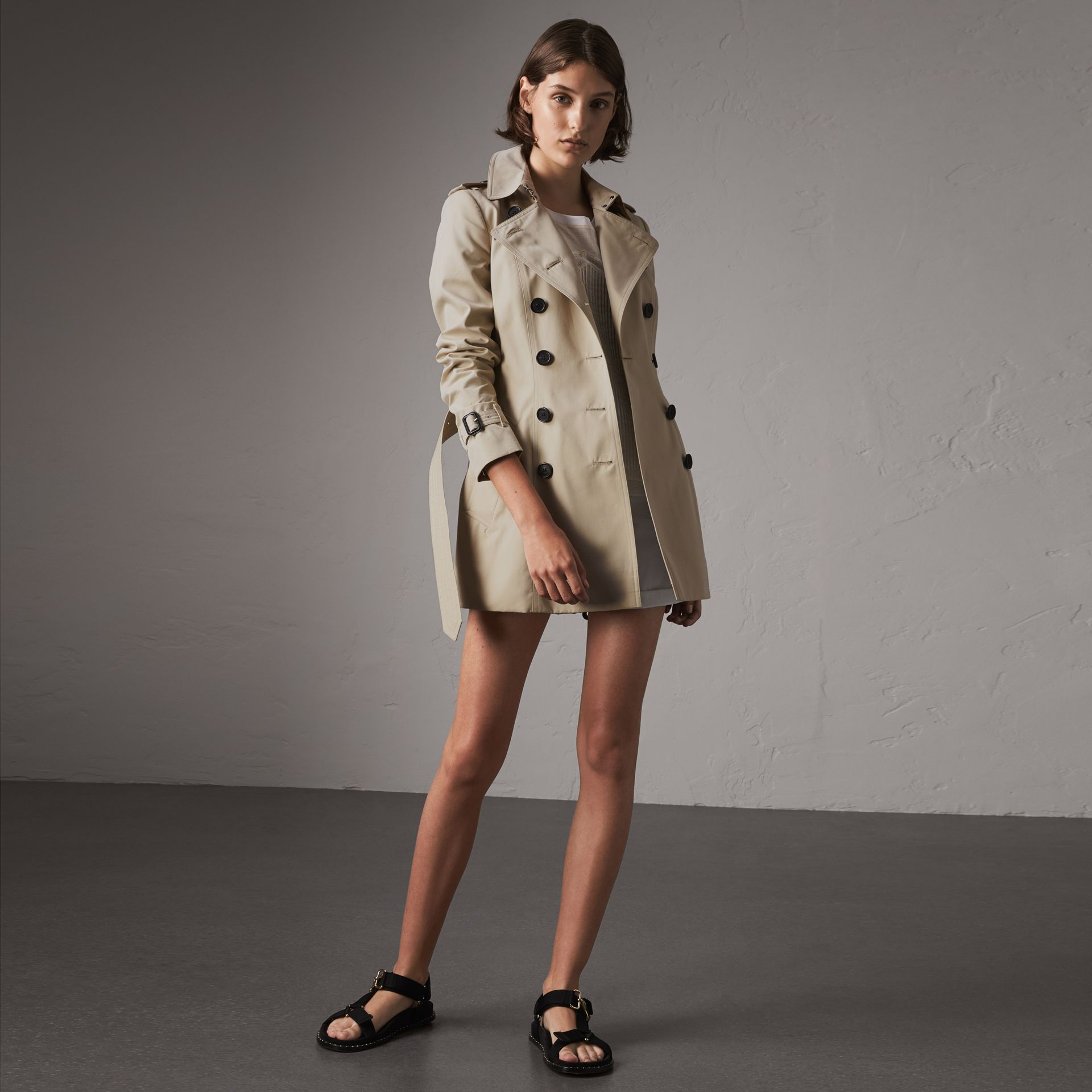 The Chelsea – Short Trench Coat in Stone - Women | Burberry Canada - gallery image 0