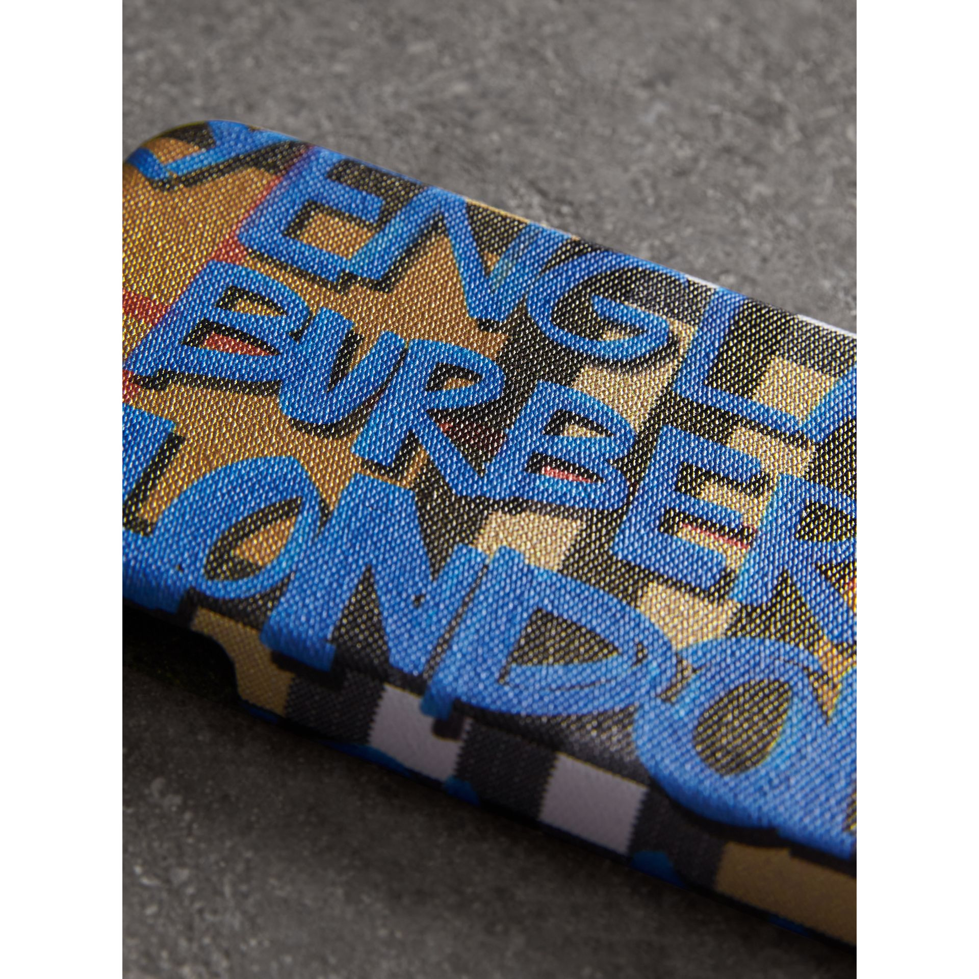 Coque pour iPhone 8 en cuir à motif Vintage check et graffiti (Bleu Toile/jaune Antique) | Burberry - photo de la galerie 1