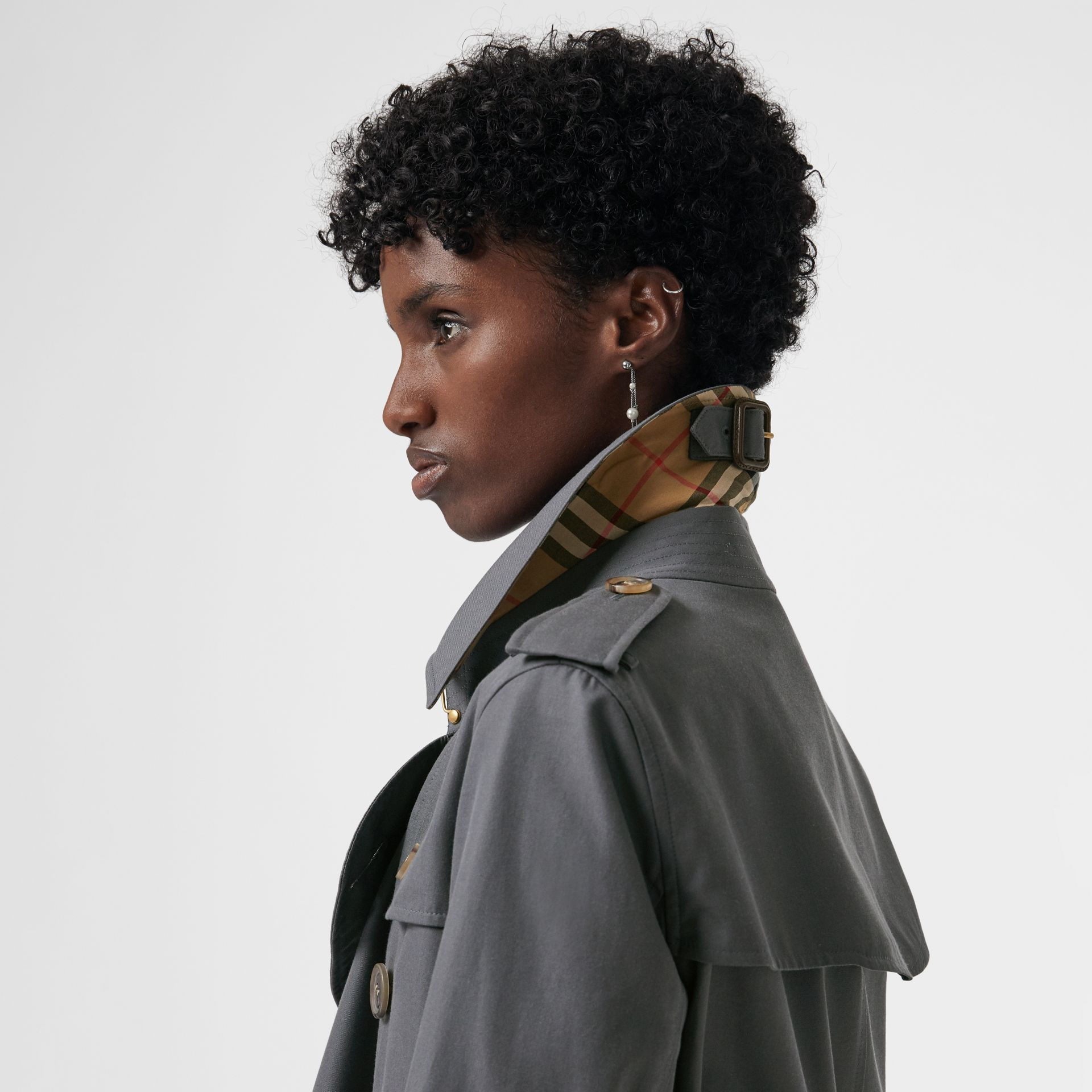 The Long Kensington Heritage Trench Coat in Mid Grey - Women | Burberry United Kingdom - gallery image 4