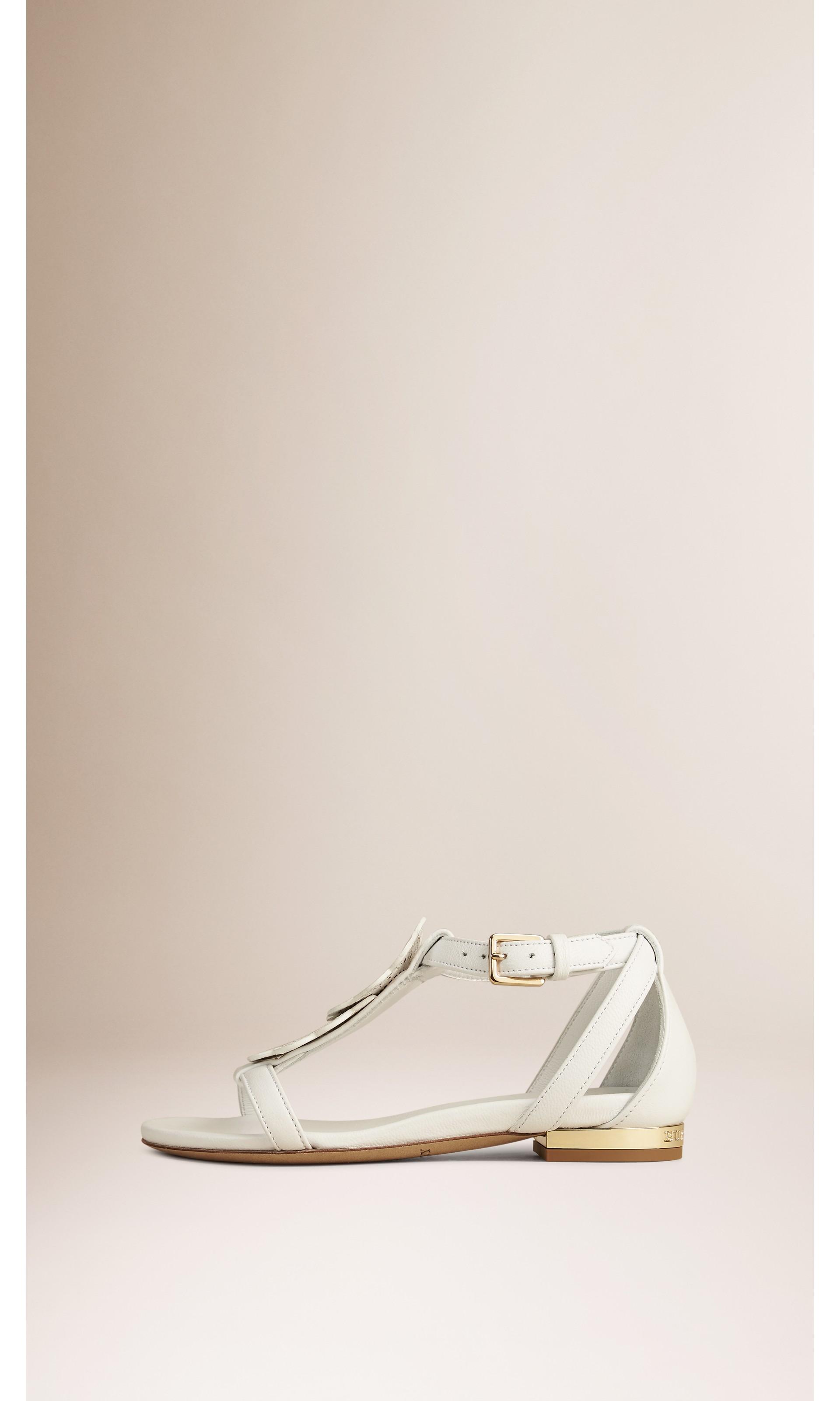 Branco ótico Sandálias de couro com detalhe floral - galeria de imagens 3