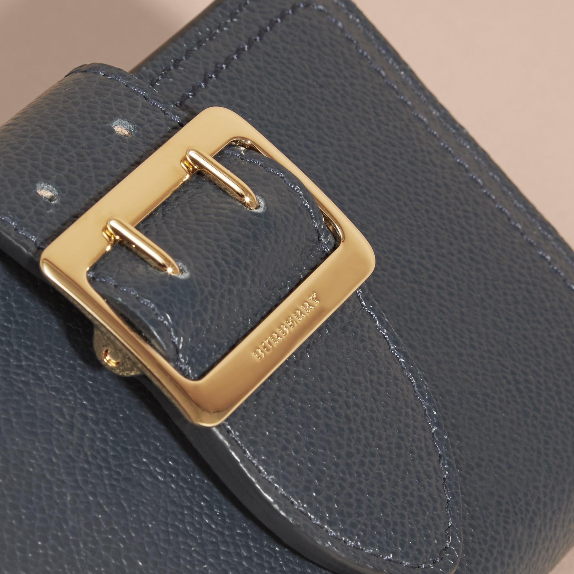 Brieftasche aus genarbtem Leder mit Schnallendetail (Carbonblau) - Galerie-Bild 2
