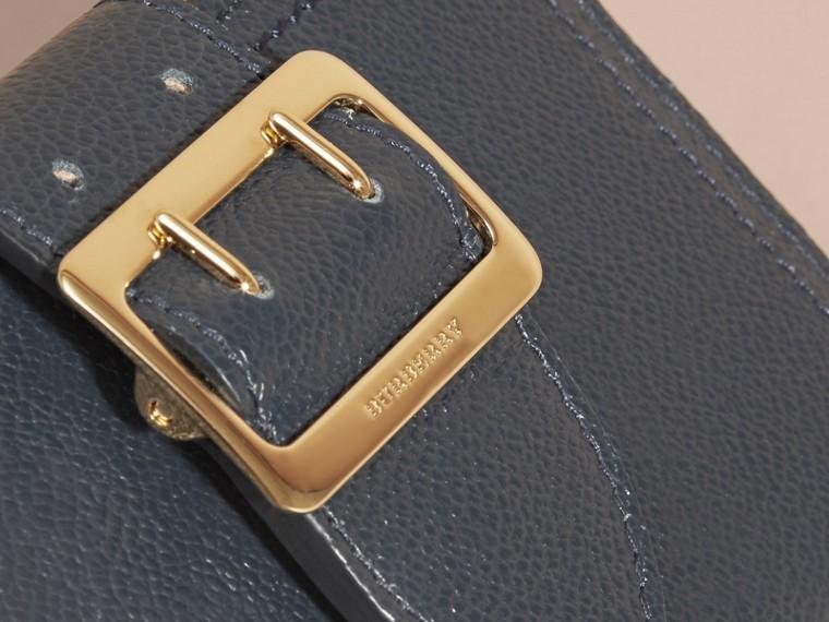 Brieftasche aus genarbtem Leder mit Schnallendetail (Carbonblau) - cell image 1