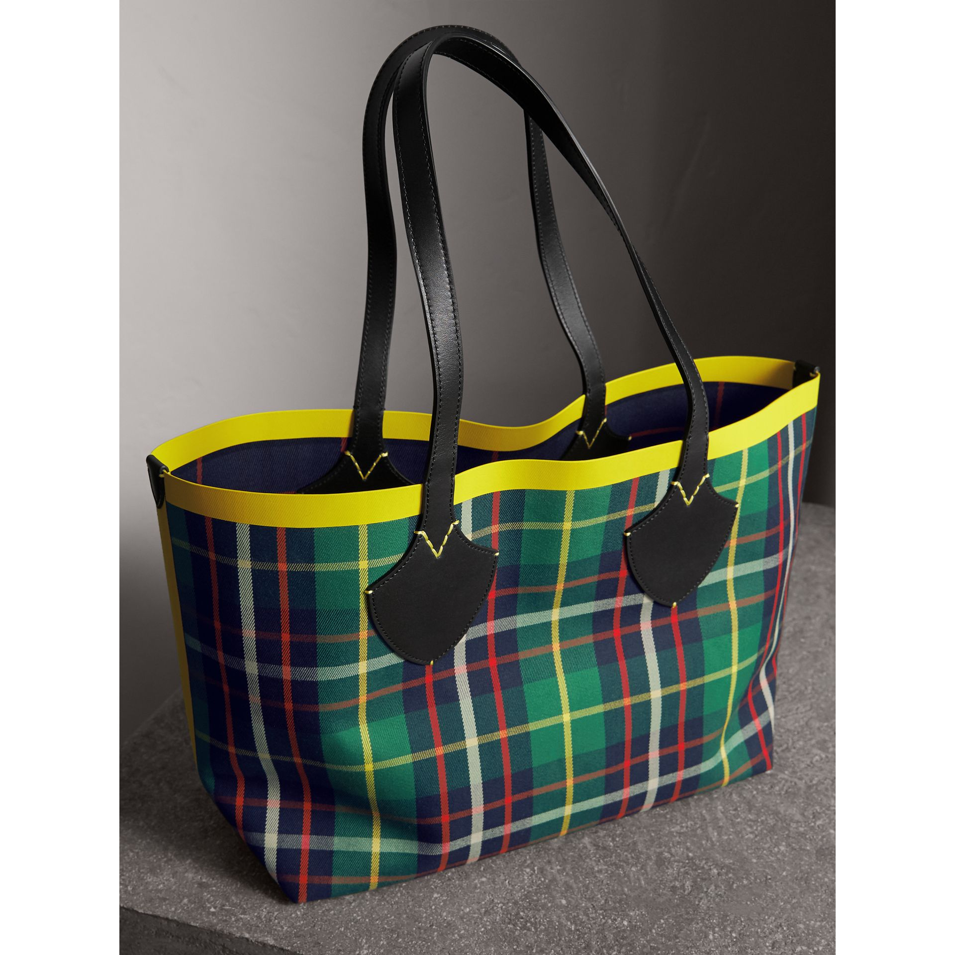 Borsa tote The Giant media double face in cotone con motivo tartan (Verde Foresta/navy Oltremare) | Burberry - immagine della galleria 5