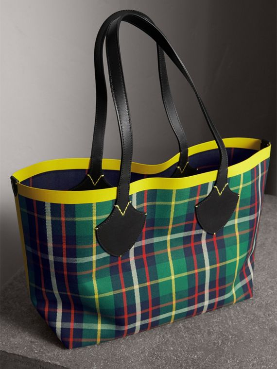 The Medium Giant Reversible Tote in Tartan Cotton in For Green/deep Navy | Burberry - cell image 2