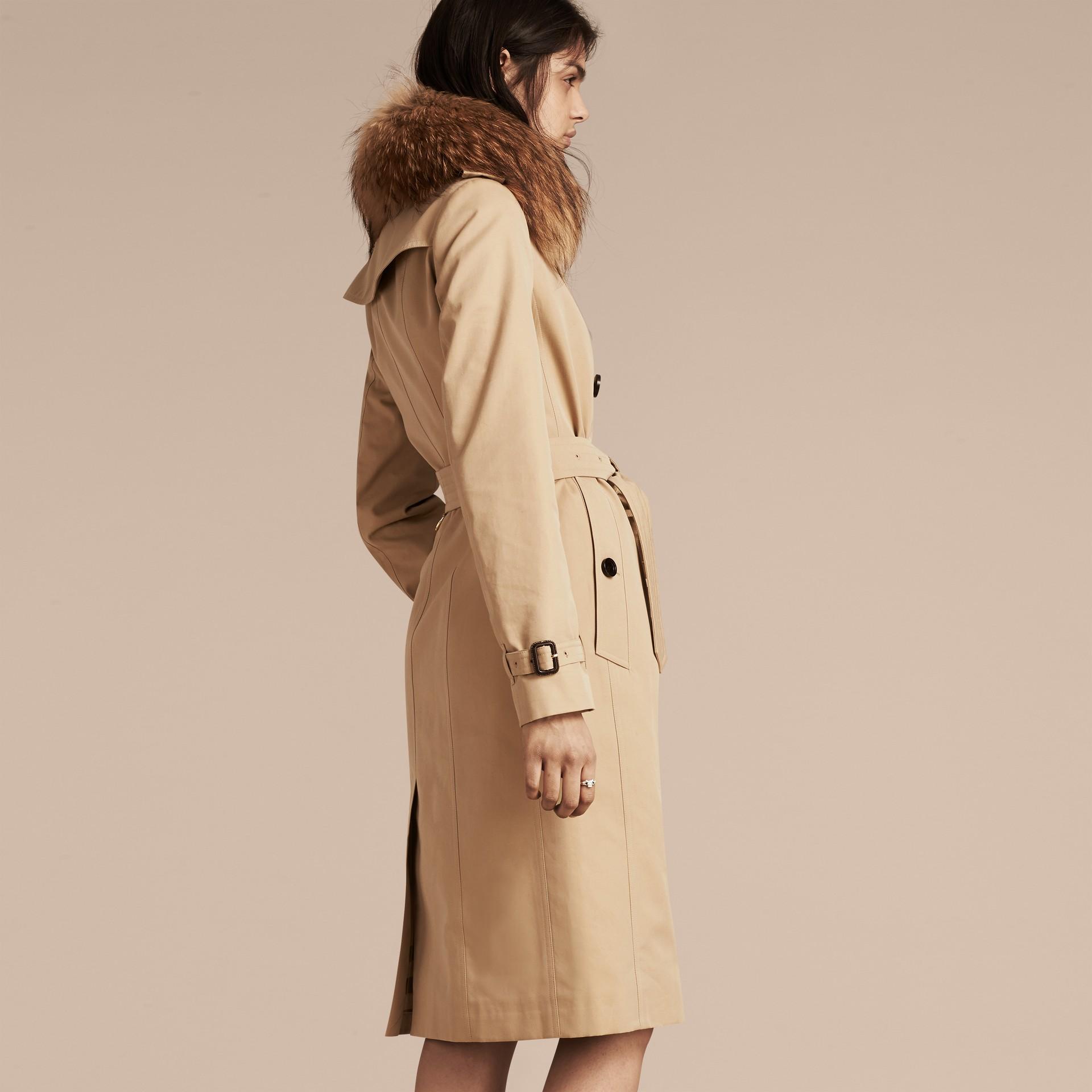 Miel Trench-coat en gabardine de coton avec col amovible en fourrure de raton laveur - photo de la galerie 3