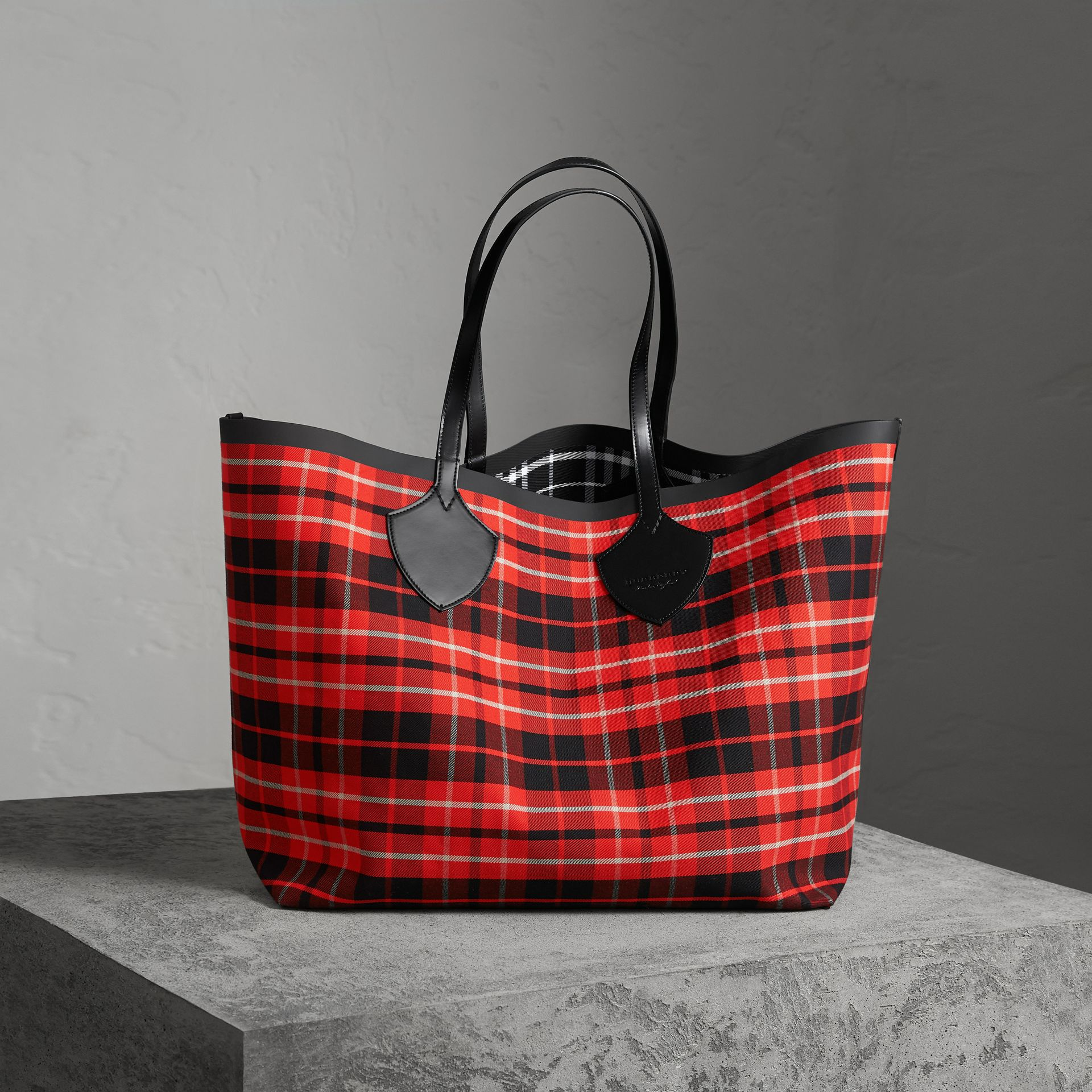 The Giant Reversible Tote in Tartan Cotton in Vibrant Red/black | Burberry - gallery image 0