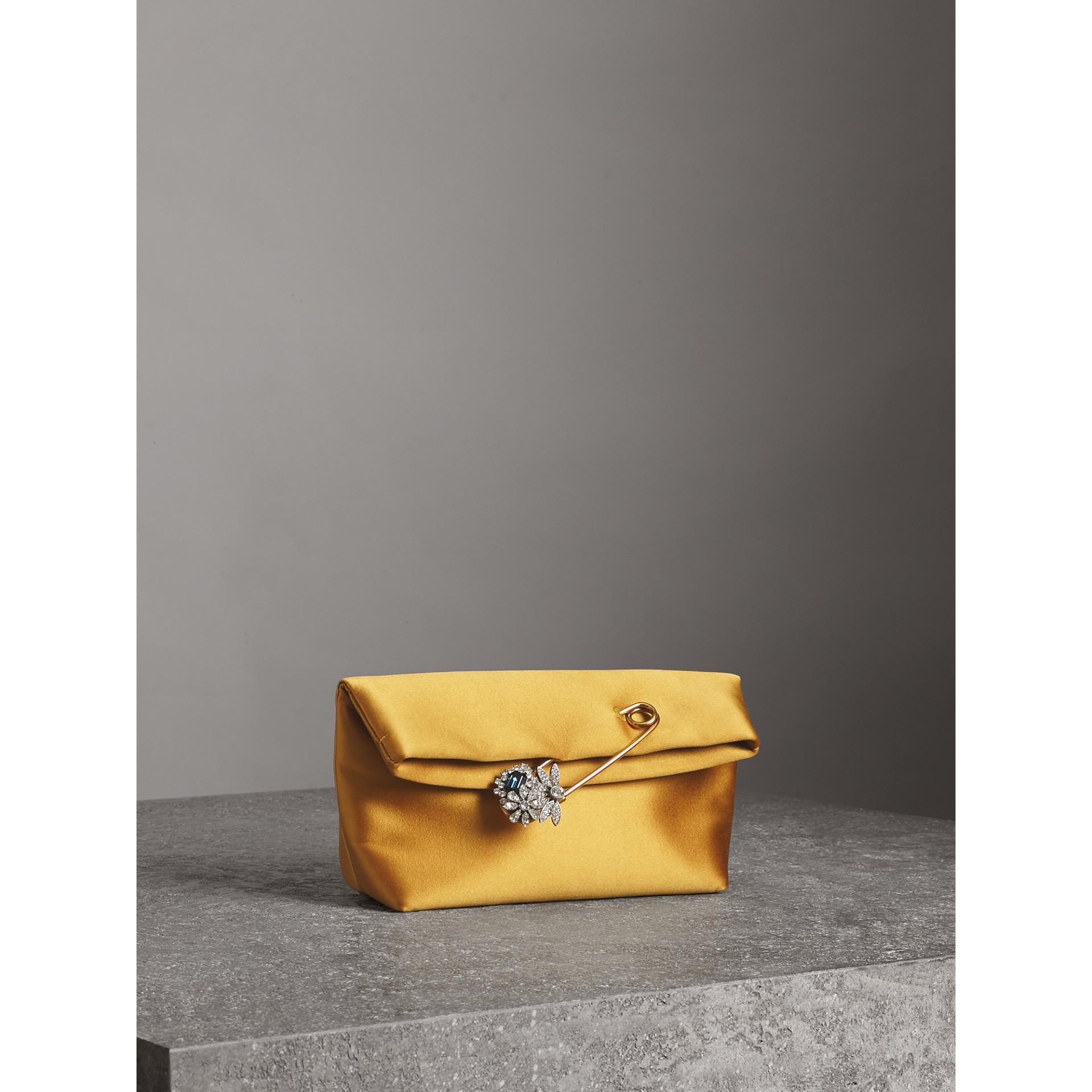 Bolsa Pin Clutch pequena em cetim (Amarelo Âmbar) - Mulheres | Burberry - galeria de imagens 4
