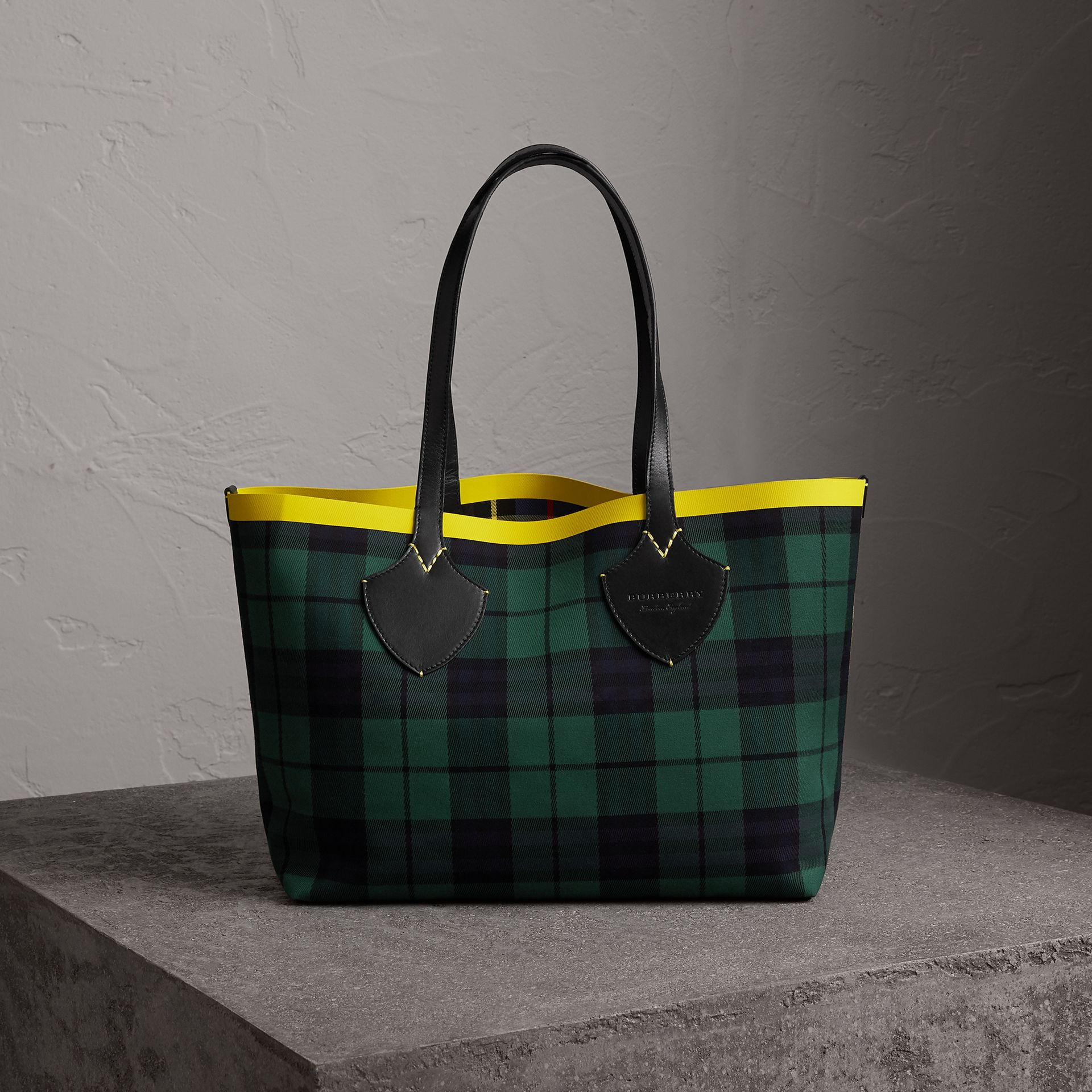 The Medium Giant Reversible Tote in Tartan Cotton in Racing Green/cobalt Blue | Burberry United Kingdom - gallery image 0
