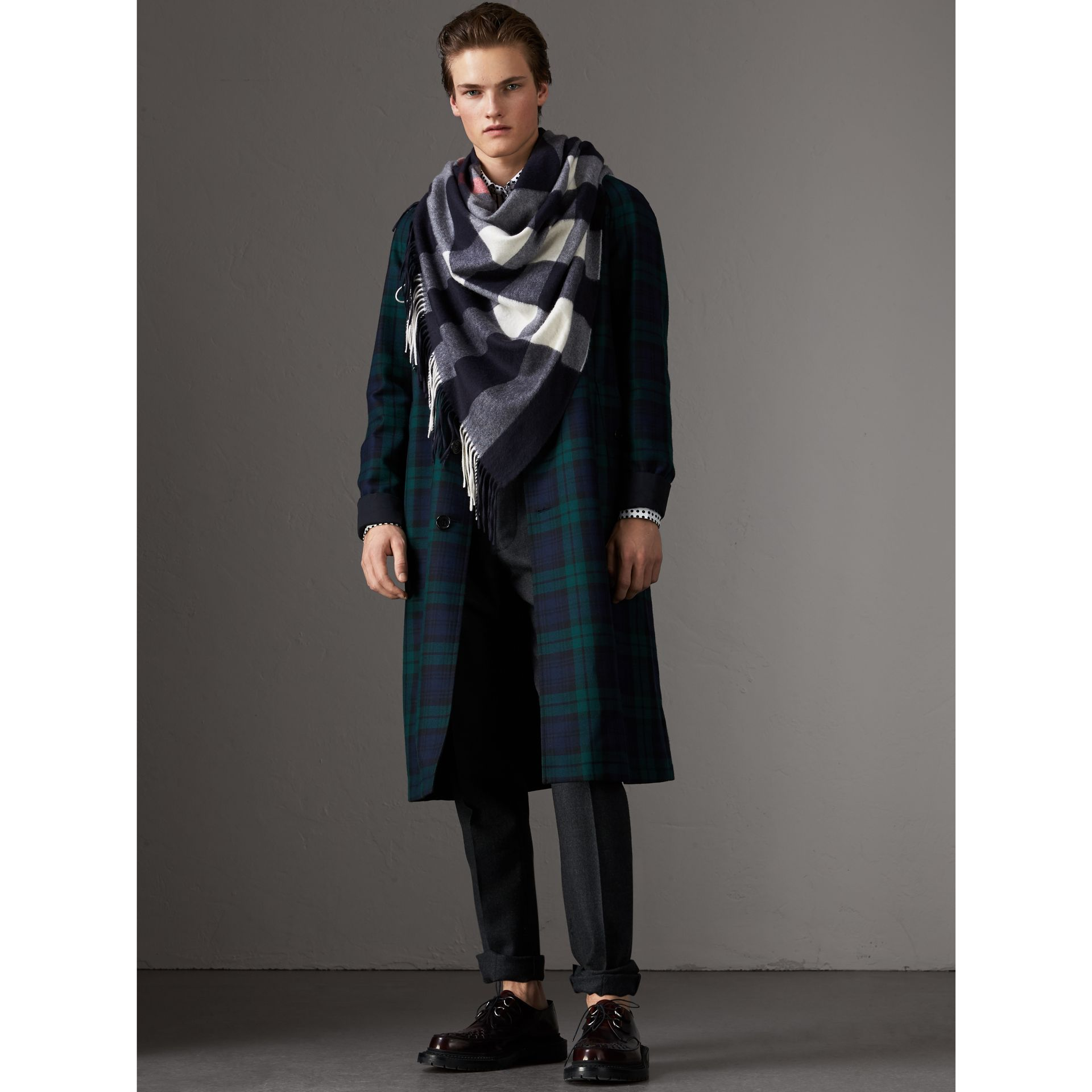 Check Cashmere Wrap in Navy | Burberry United Kingdom - gallery image 7