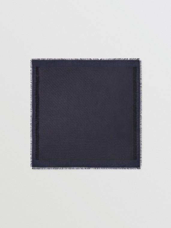 Großer Karreeschal aus Seide und Wolle mit Monogrammmuster in Metallic-Optik (Marineblau/schwarz)