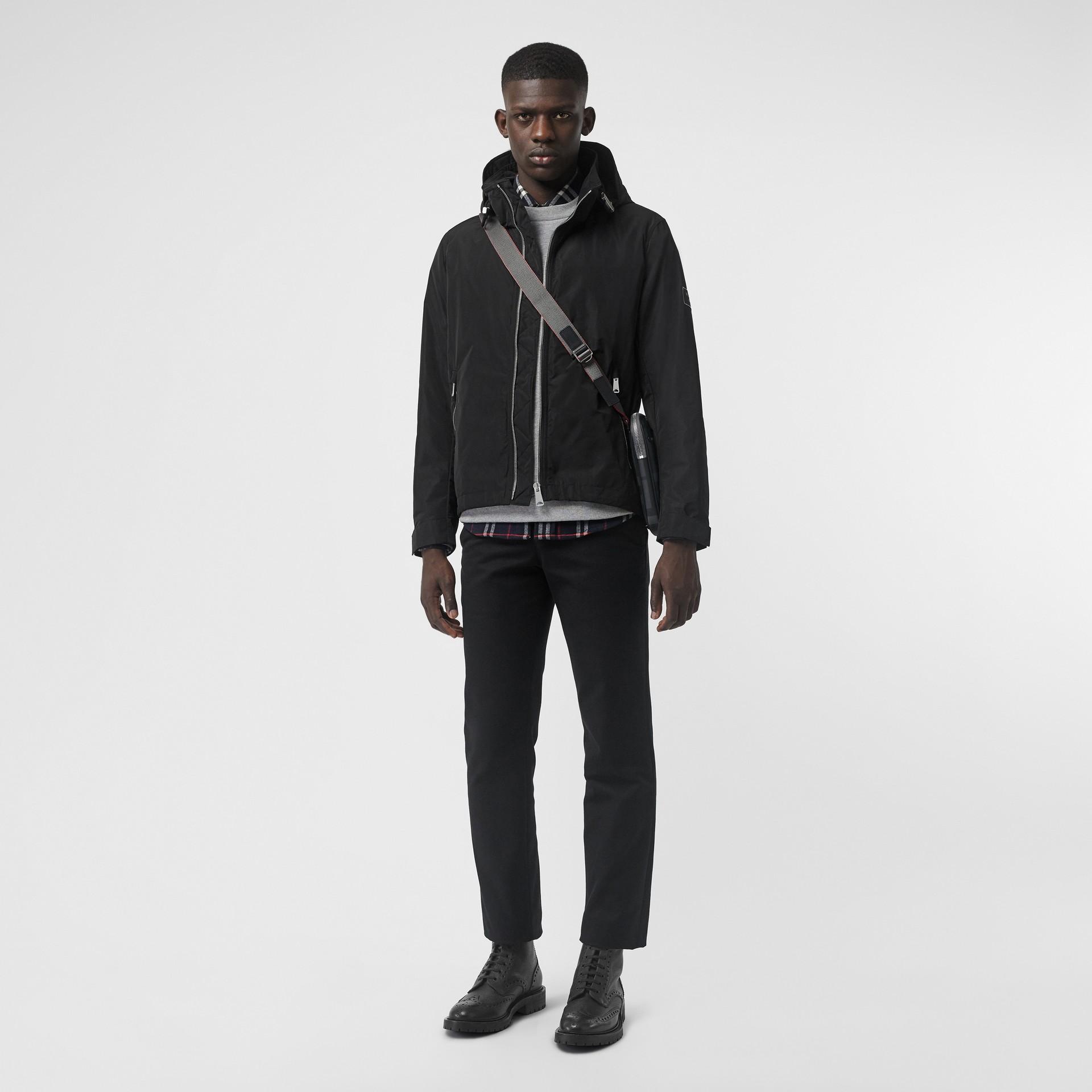 Jaqueta resistente à água com capuz embutido (Preto) - Homens | Burberry - galeria de imagens 0