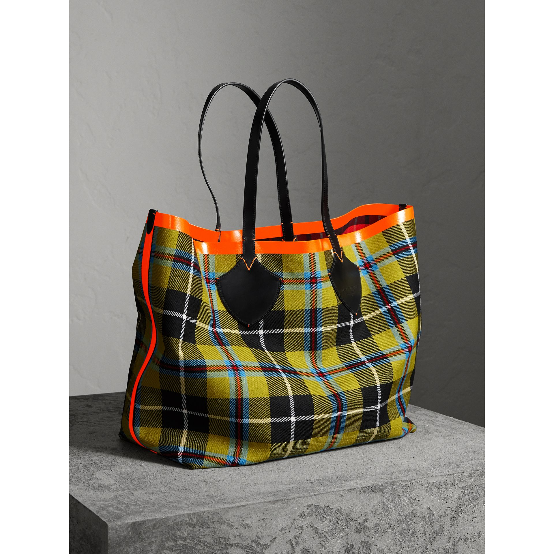 The Giant Reversible Tote in Tartan Cotton in Flax Yellow/red | Burberry - gallery image 6