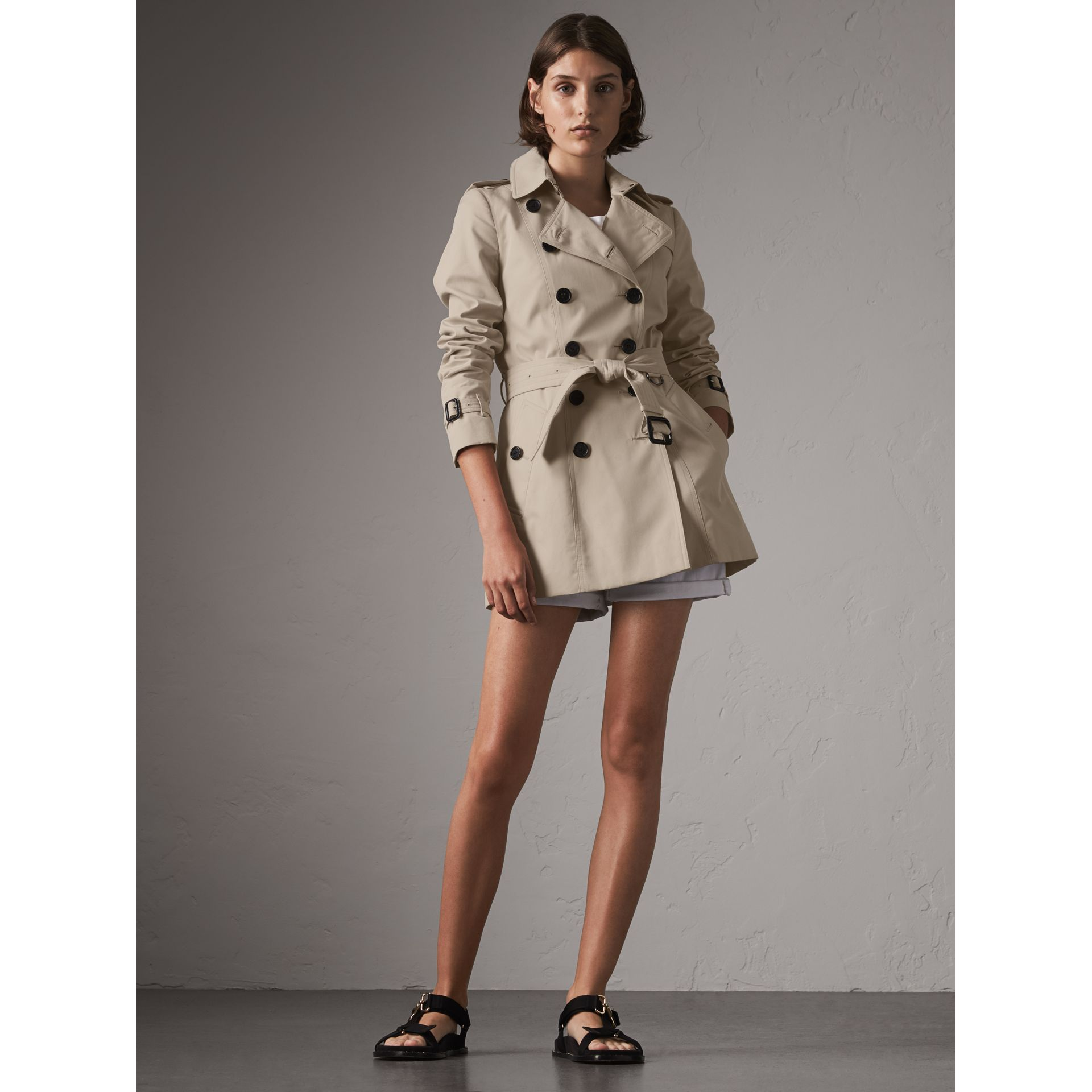The Chelsea – Short Heritage Trench Coat in Stone - Women | Burberry - gallery image 8