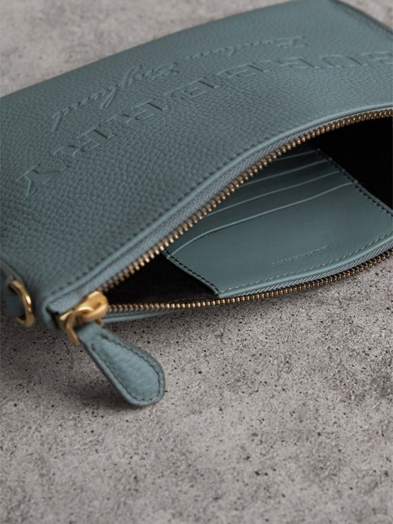 Bolsa clutch de couro com detalhe em relevo (Azul Petróleo Terroso) - Mulheres | Burberry - cell image 3