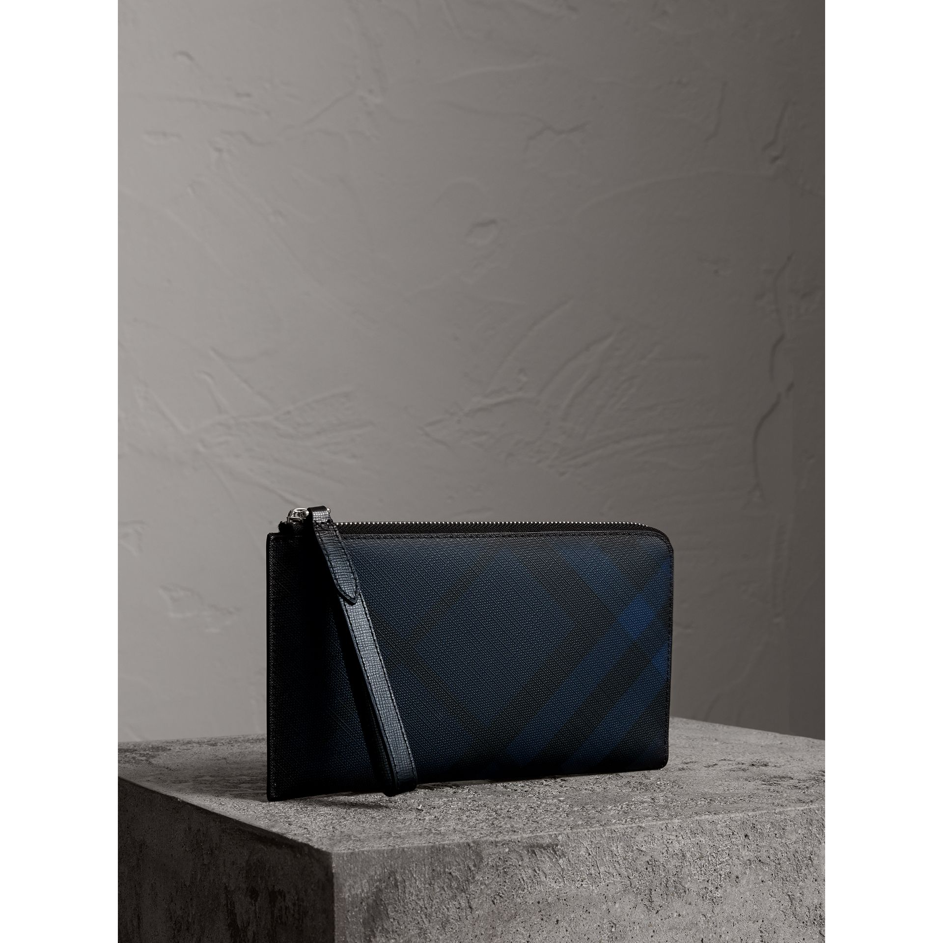 London Check Travel Wallet in Navy/black - Men | Burberry - gallery image 4