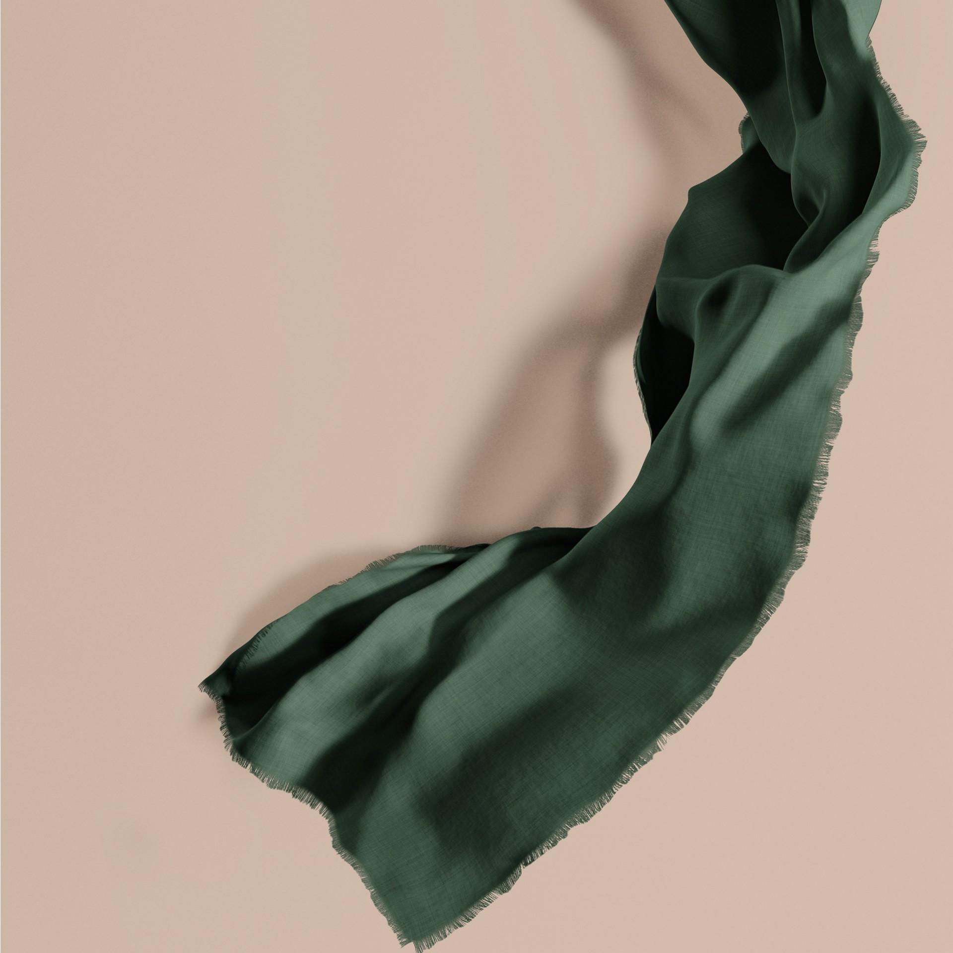 Verde foresta scuro Sciarpa leggera in cashmere Verde Foresta Scuro - immagine della galleria 1