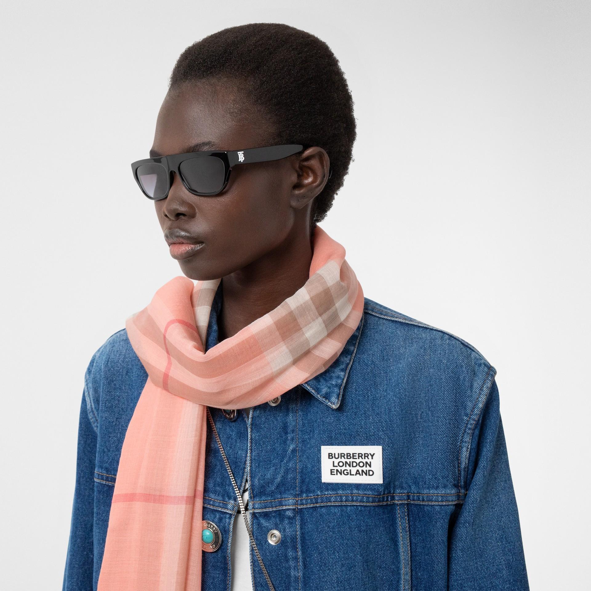 輕盈格紋羊毛絲綢圍巾 (粉蜜桃色) | Burberry - 圖庫照片 2
