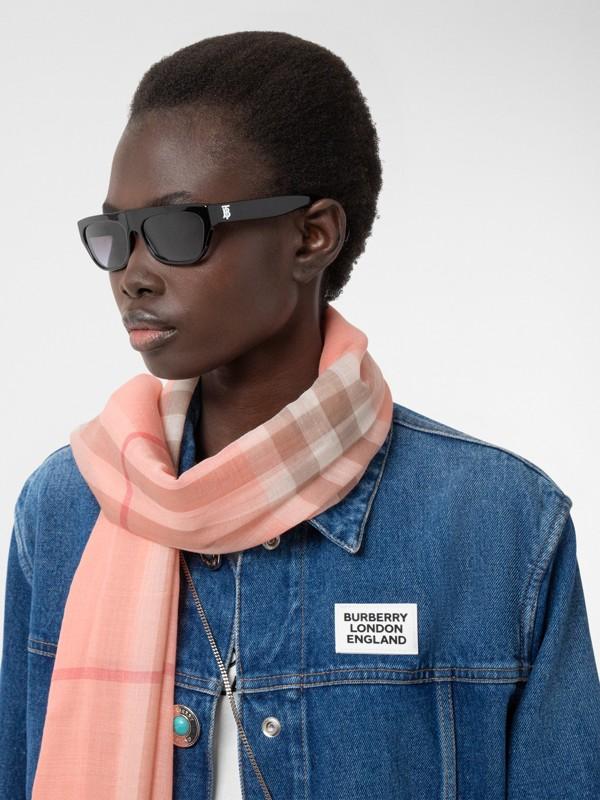 輕盈格紋羊毛絲綢圍巾 (粉蜜桃色) | Burberry - cell image 2