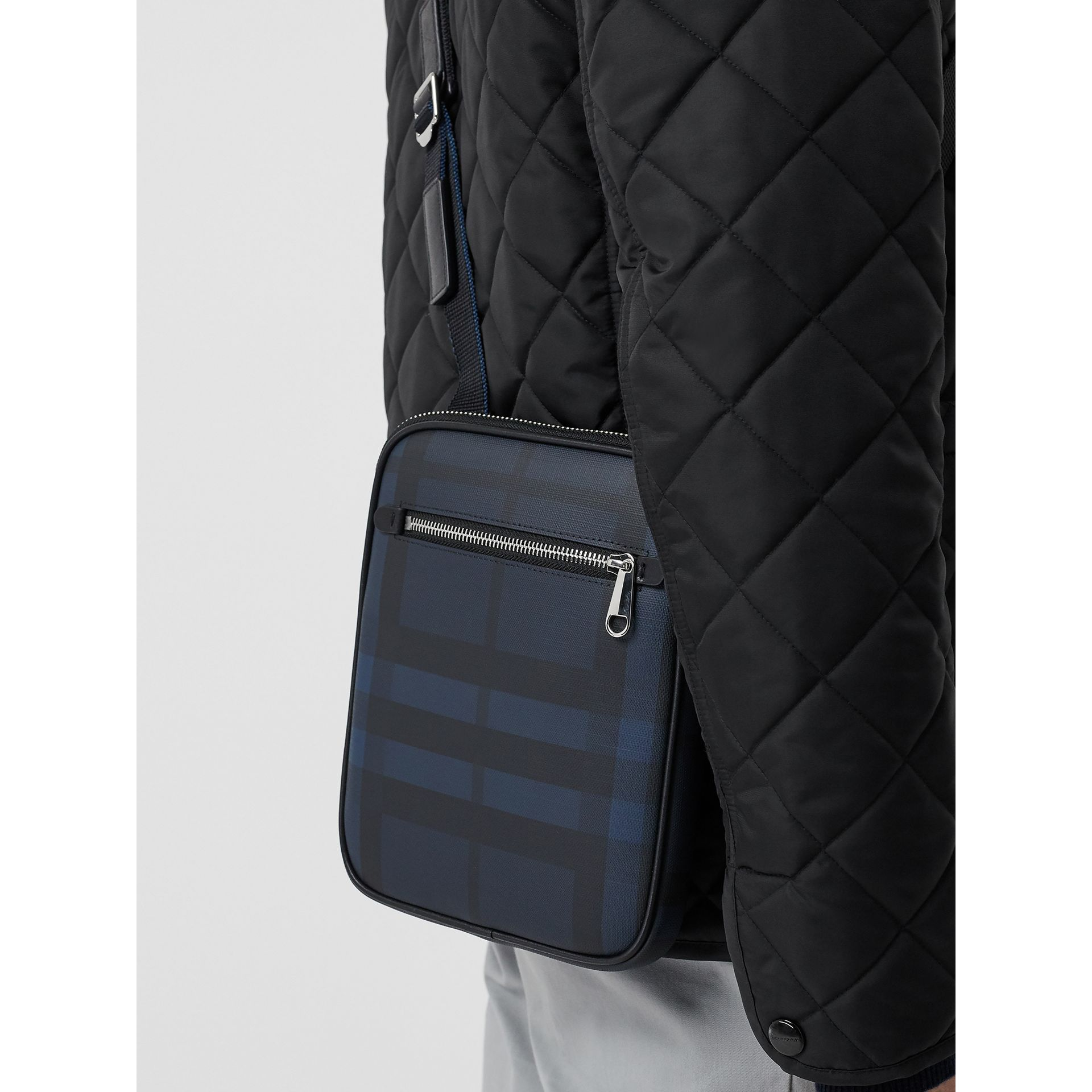 Sac à bandoulière fin avec motif London check (Marine/noir) - Homme | Burberry - photo de la galerie 3