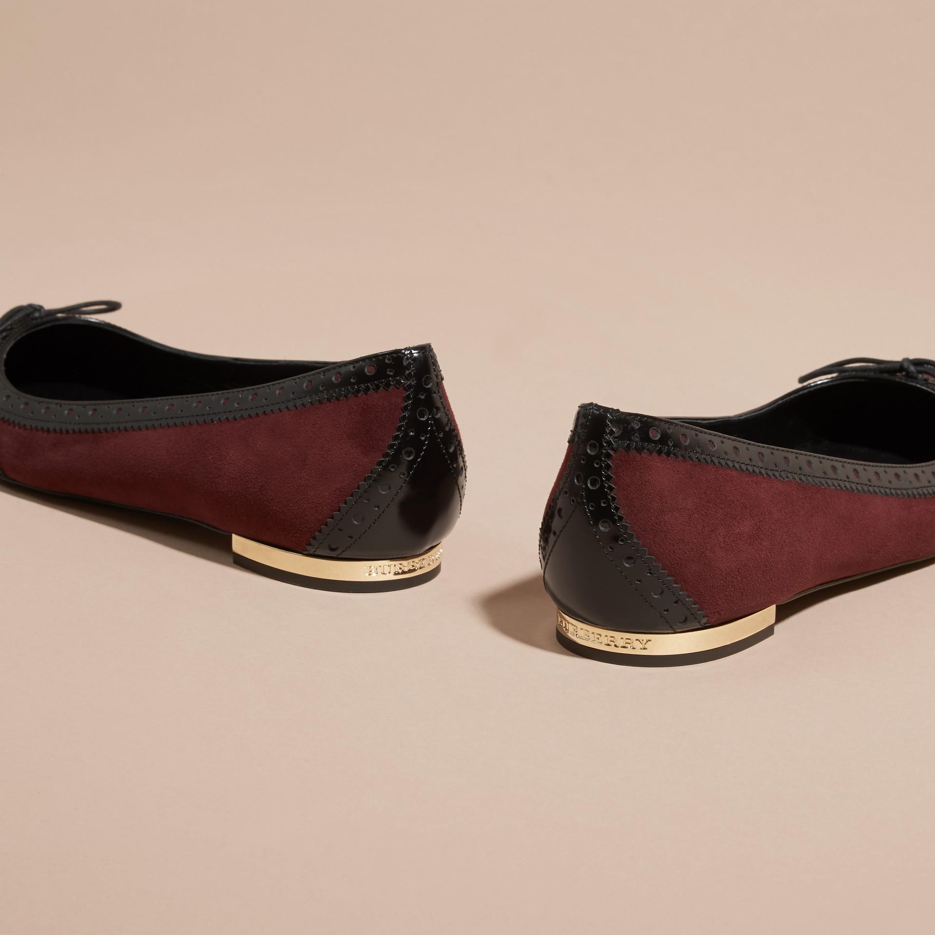 Rojo caoba Bailarinas en piel con detalles de estilo brogue - imagen de la galería 4