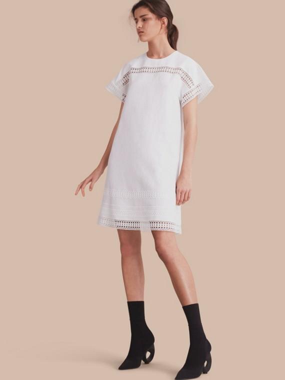 Vestido de seda com mangas curtas e detalhe de renda macramê