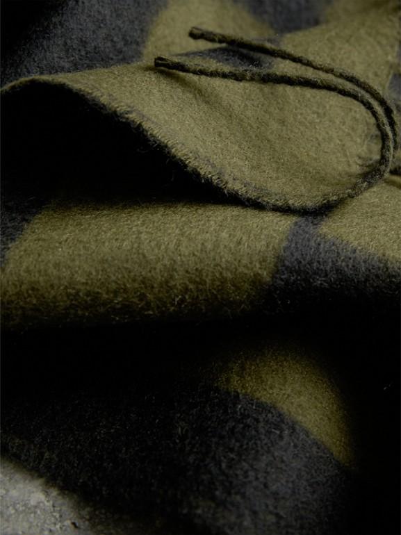 Cachecol de cashmere estampado com emblema (Verde Oliva) | Burberry - cell image 1