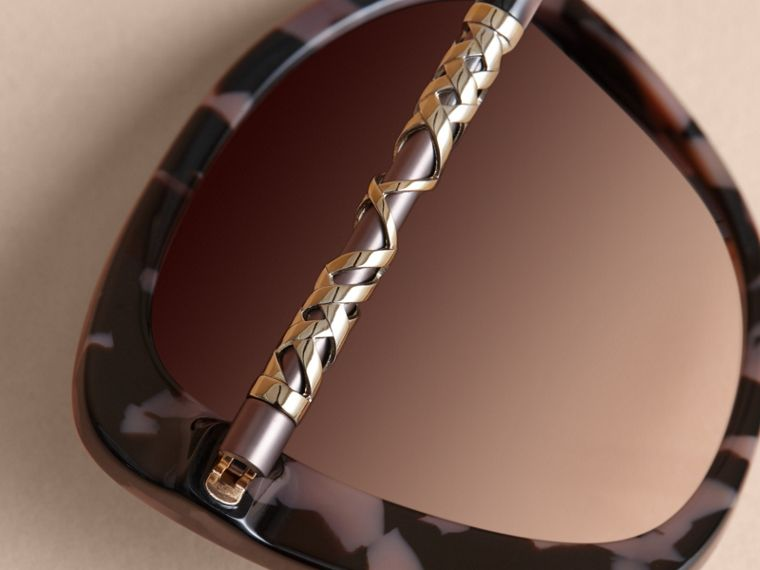 Check Detail Butterfly Frame Sunglasses in Tortoiseshell - cell image 1