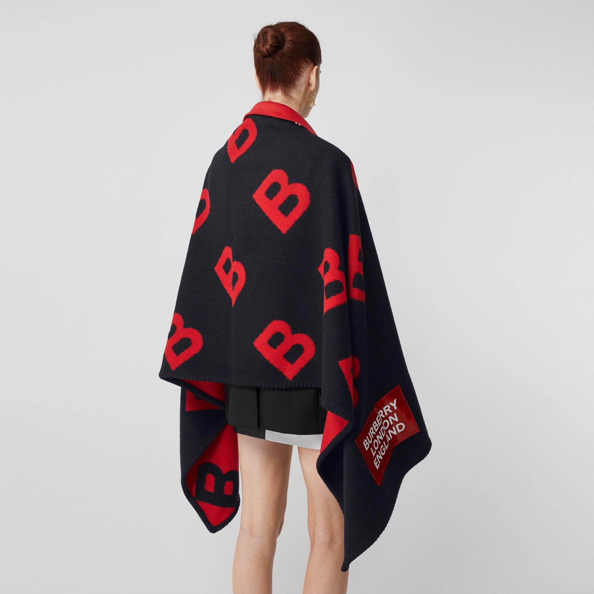 Reversible B Motif Wool Cashmere Blanket Cape in Black/bright Red | Burberry - gallery image 2