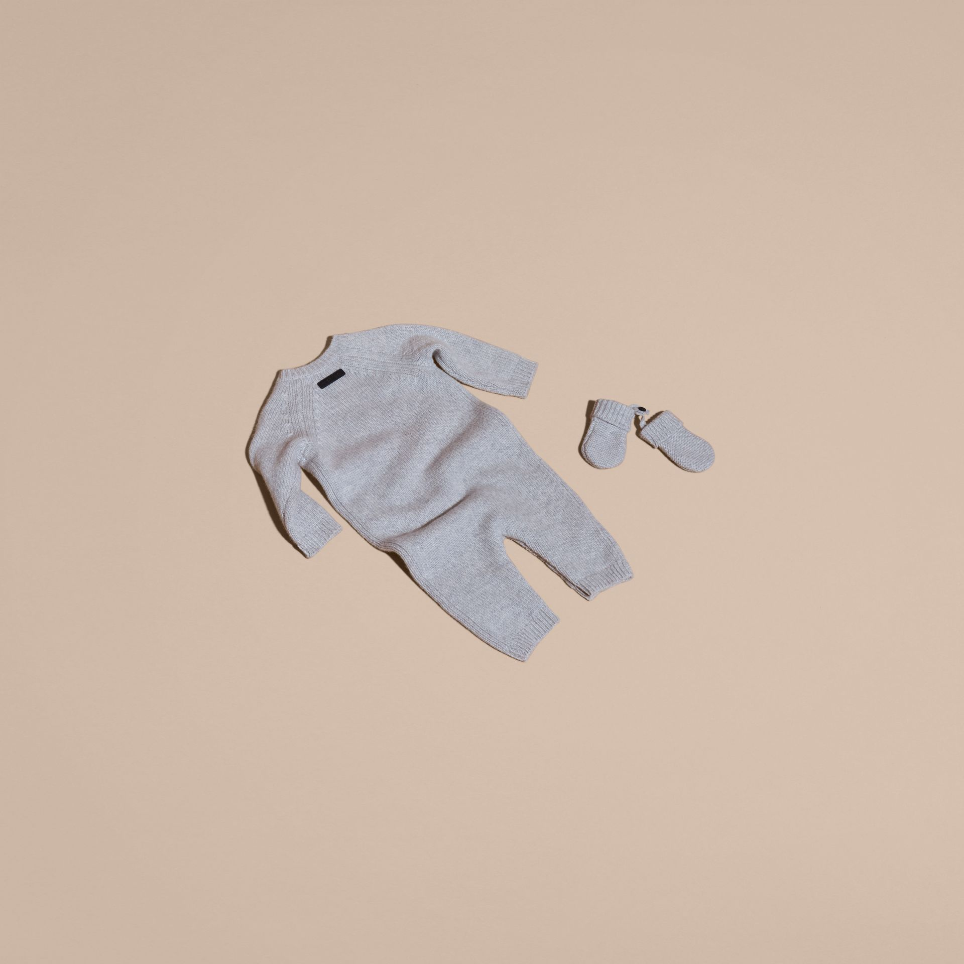 Camaïeu de gris clairs Set cadeau deux pièces en cachemire à cœur en intarsia - photo de la galerie 3