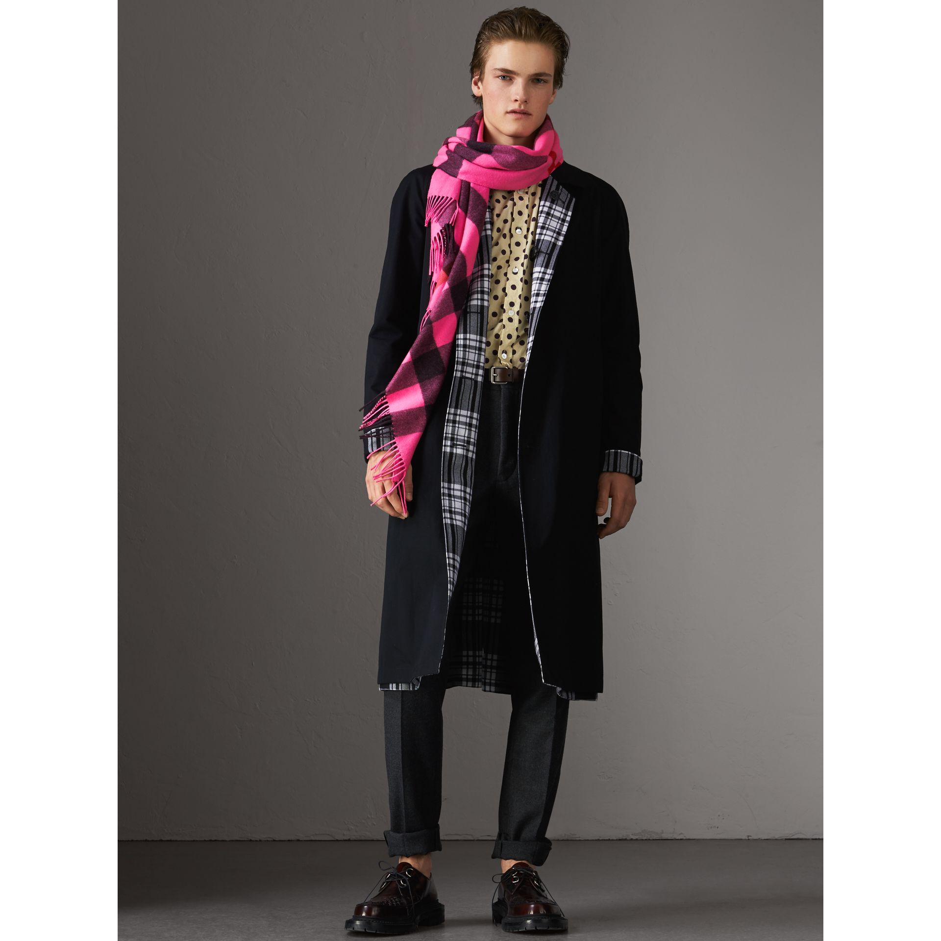 The Burberry Bandana in cashmere con motivo tartan (Rosa Petalo Brillante) | Burberry - immagine della galleria 3