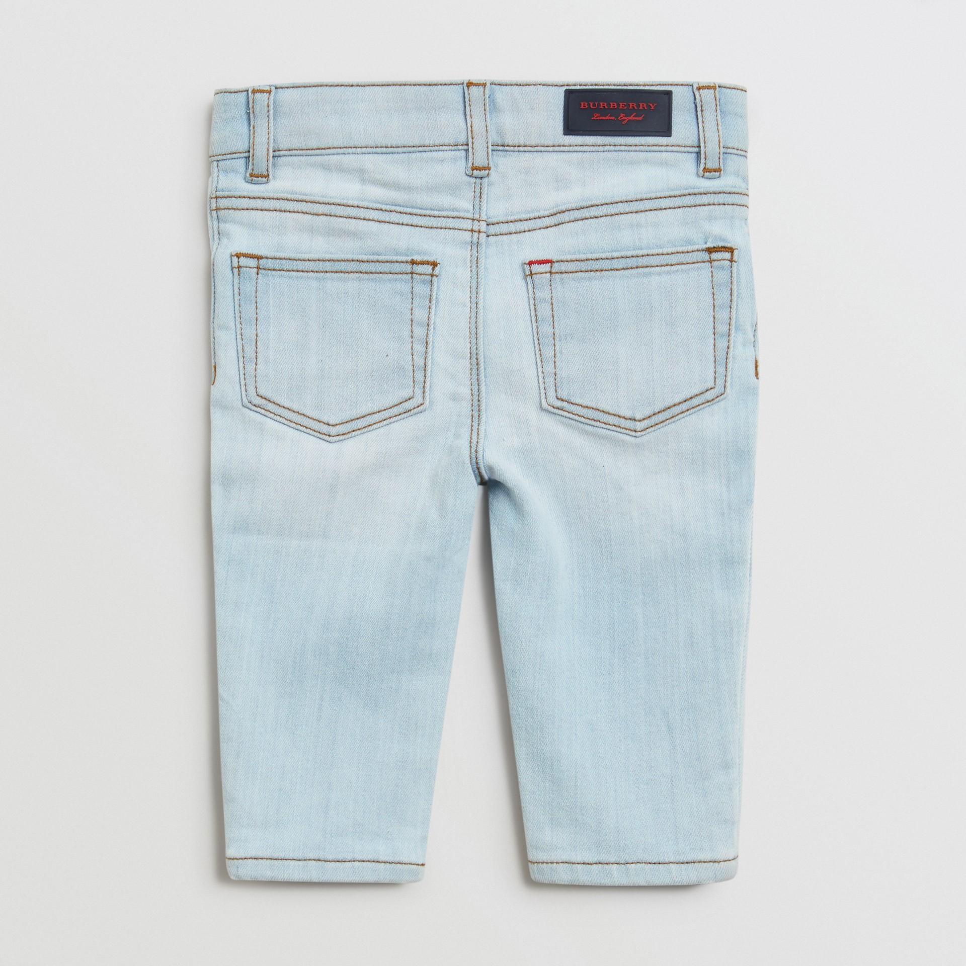 Jean skinny en denim extensible (Bleu Clair) - Enfant | Burberry - photo de la galerie 3