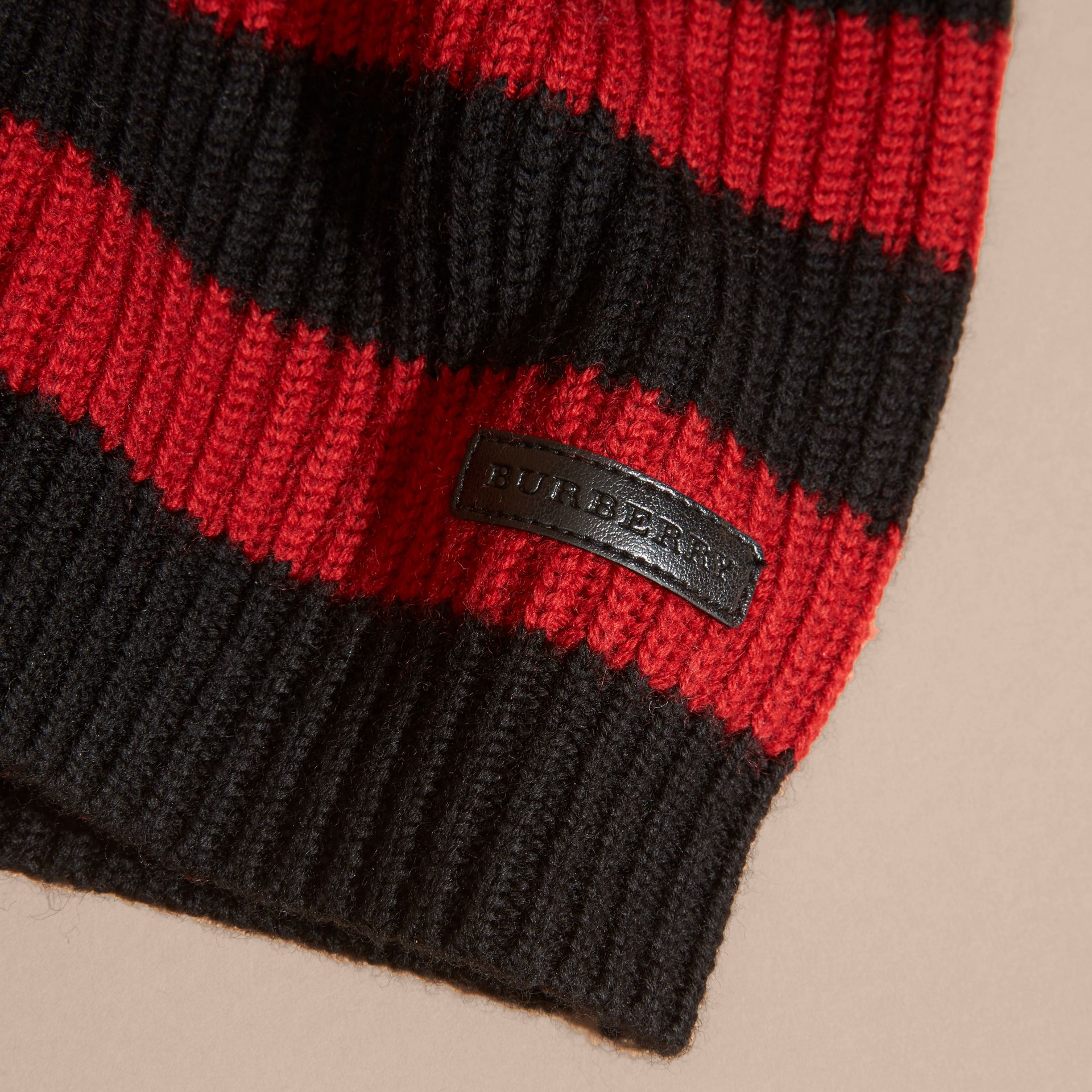 Rouge parade Pull rayé en laine mérinos - photo de la galerie 2