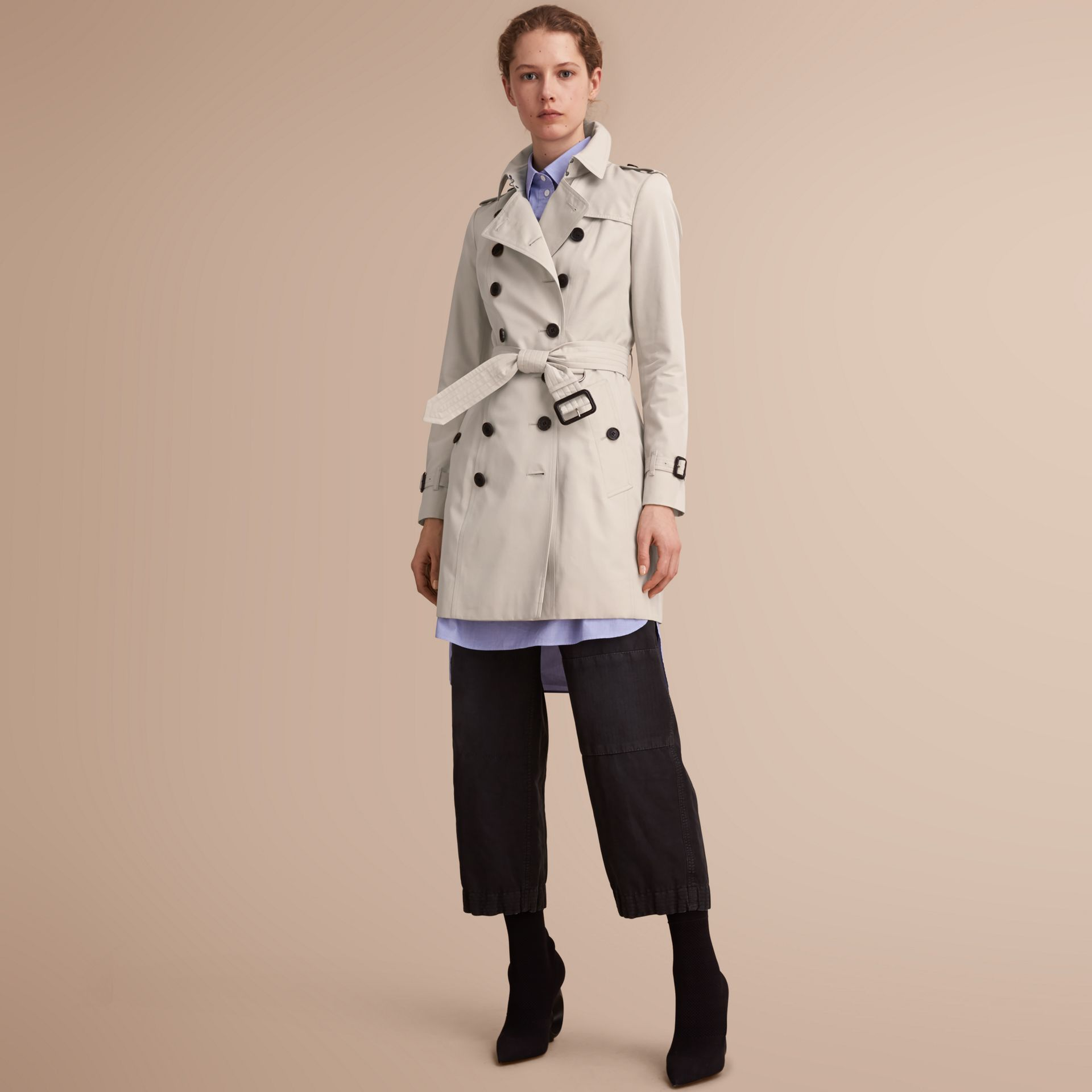 The Chelsea – Trench Heritage mi-long (Stone) - Femme | Burberry - photo de la galerie 1