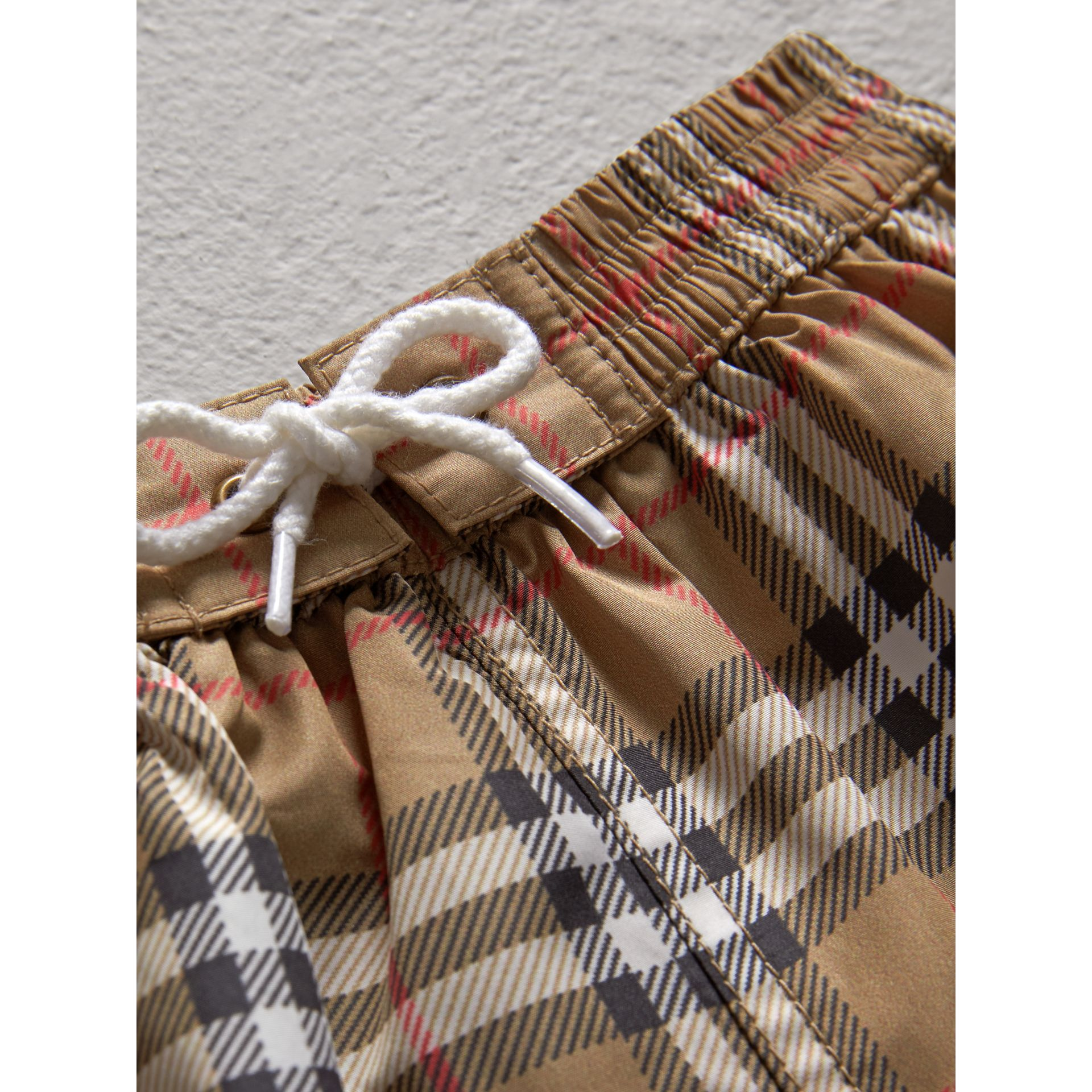 Short de bain à motif check (Camel) - Enfant | Burberry Canada - photo de la galerie 1