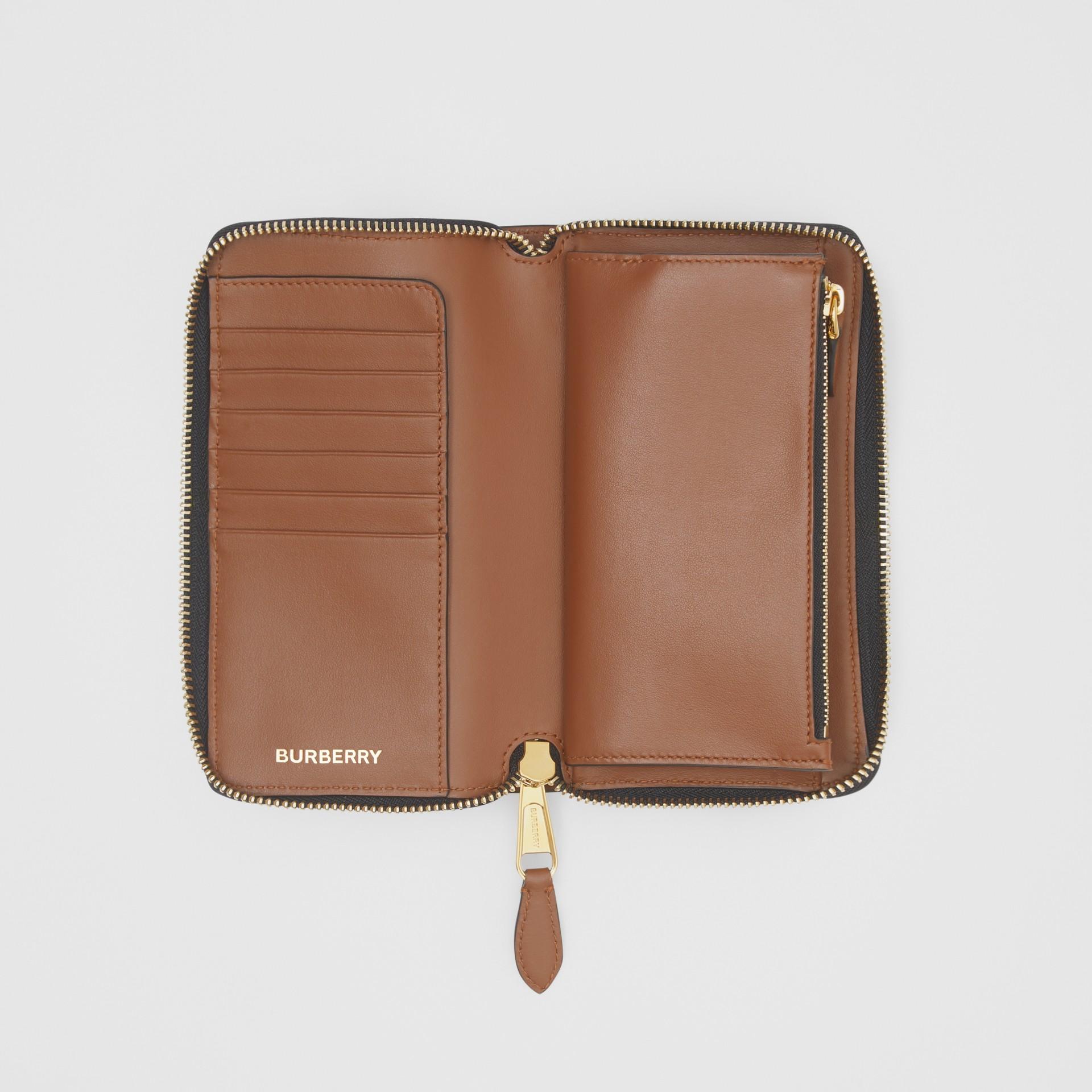 모노그램 프린트 E-캔버스 휴대폰 지갑 (브라이들 브라운) - 남성 | Burberry - 갤러리 이미지 2