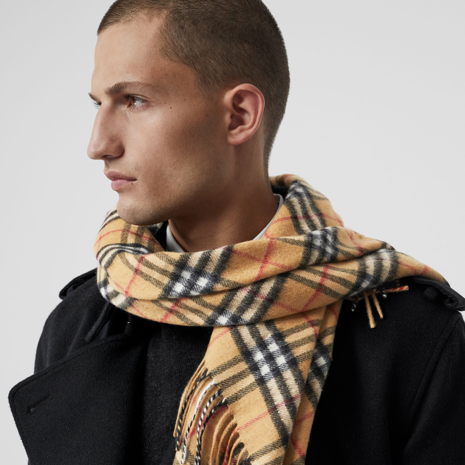Bandana Burberry en cachemire à motif Vintage check (Jaune Antique) | Burberry Canada - photo de la galerie 5