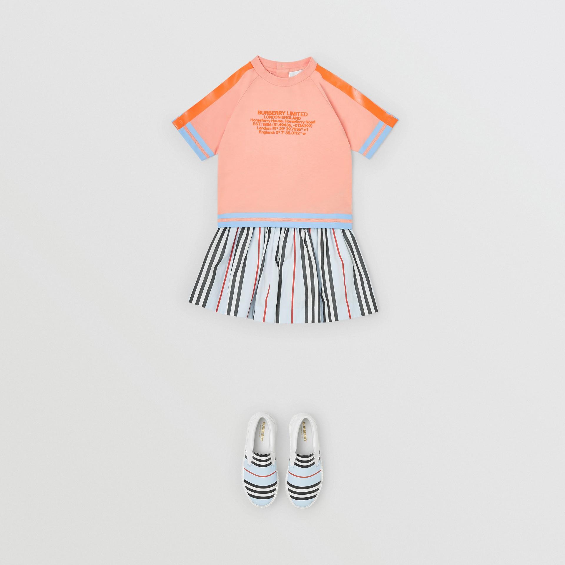 T-shirt en coton avec coordonnées géographiques (Pêche) - Enfant | Burberry Canada - photo de la galerie 2