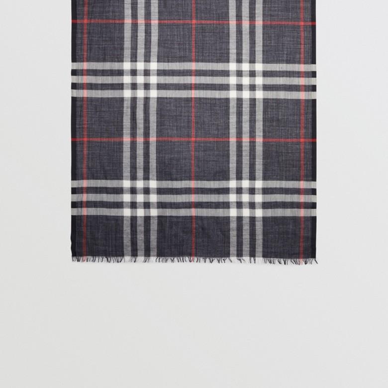 Burberry - Écharpe légère en laine et soie à motif check - 5