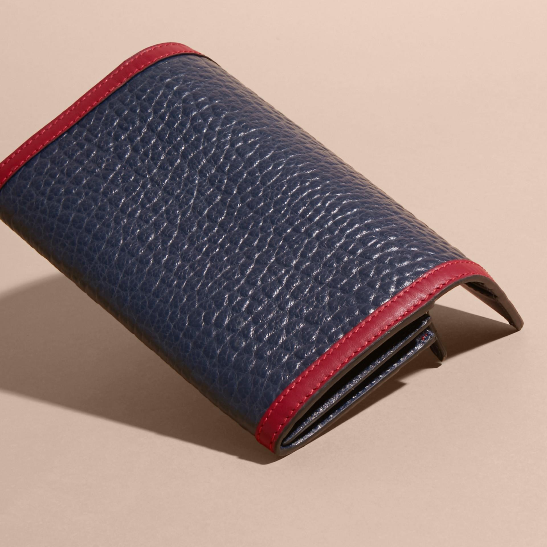 Blu carbonio/rosso parata Portafoglio continental in pelle a grana Burberry con bordo a contrasto - immagine della galleria 4