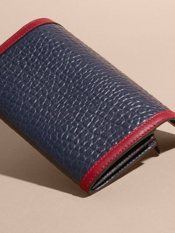 Blu carbonio/rosso parata Portafoglio continental in pelle a grana Burberry con bordo a contrasto - cell image 3