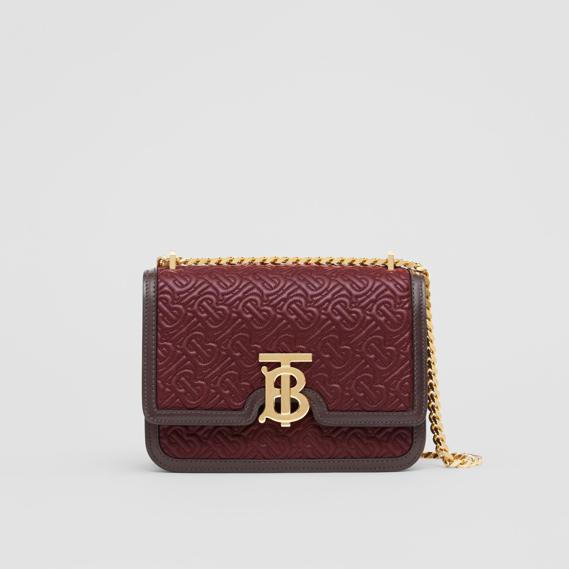 小型絎縫花押字羔羊皮 TB 包 (暗酒紅色) - 女款 | Burberry - 圖庫照片 0
