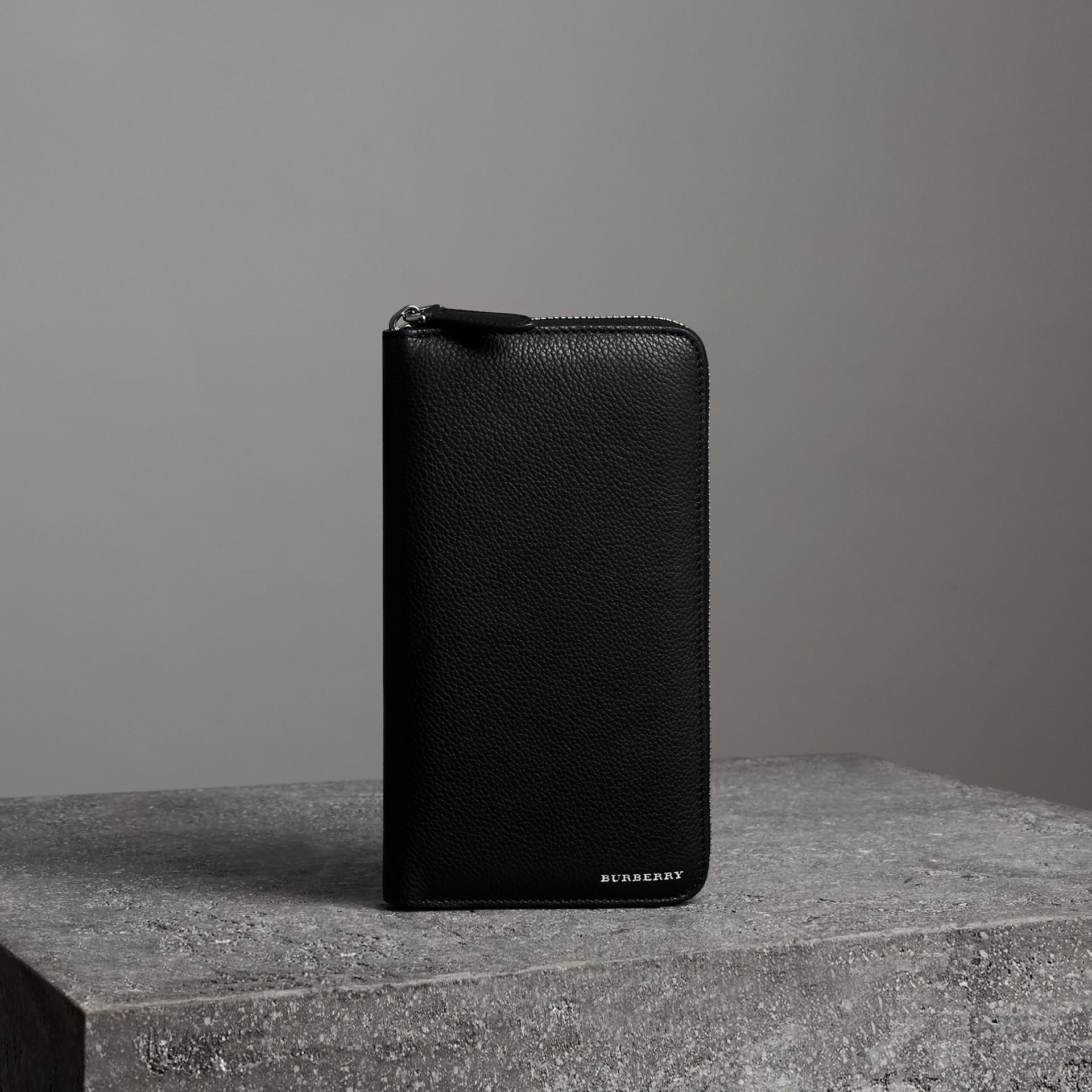 Portafoglio in pelle a grana con cerniera (Nero) - Uomo | Burberry - immagine della galleria 0