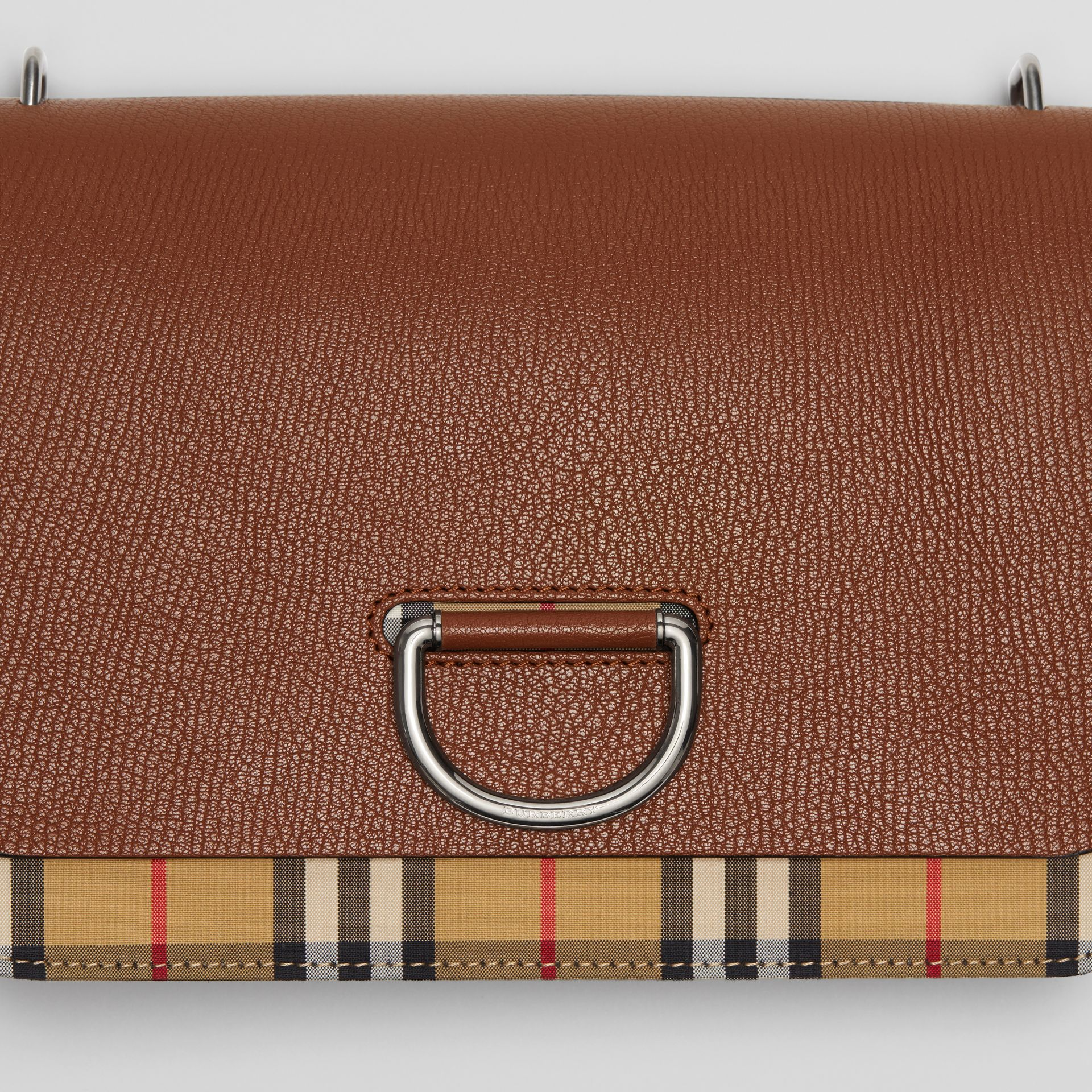 Borsa The D-ring media in pelle con motivo Vintage check (Marroncino/nero) - Donna | Burberry - immagine della galleria 1