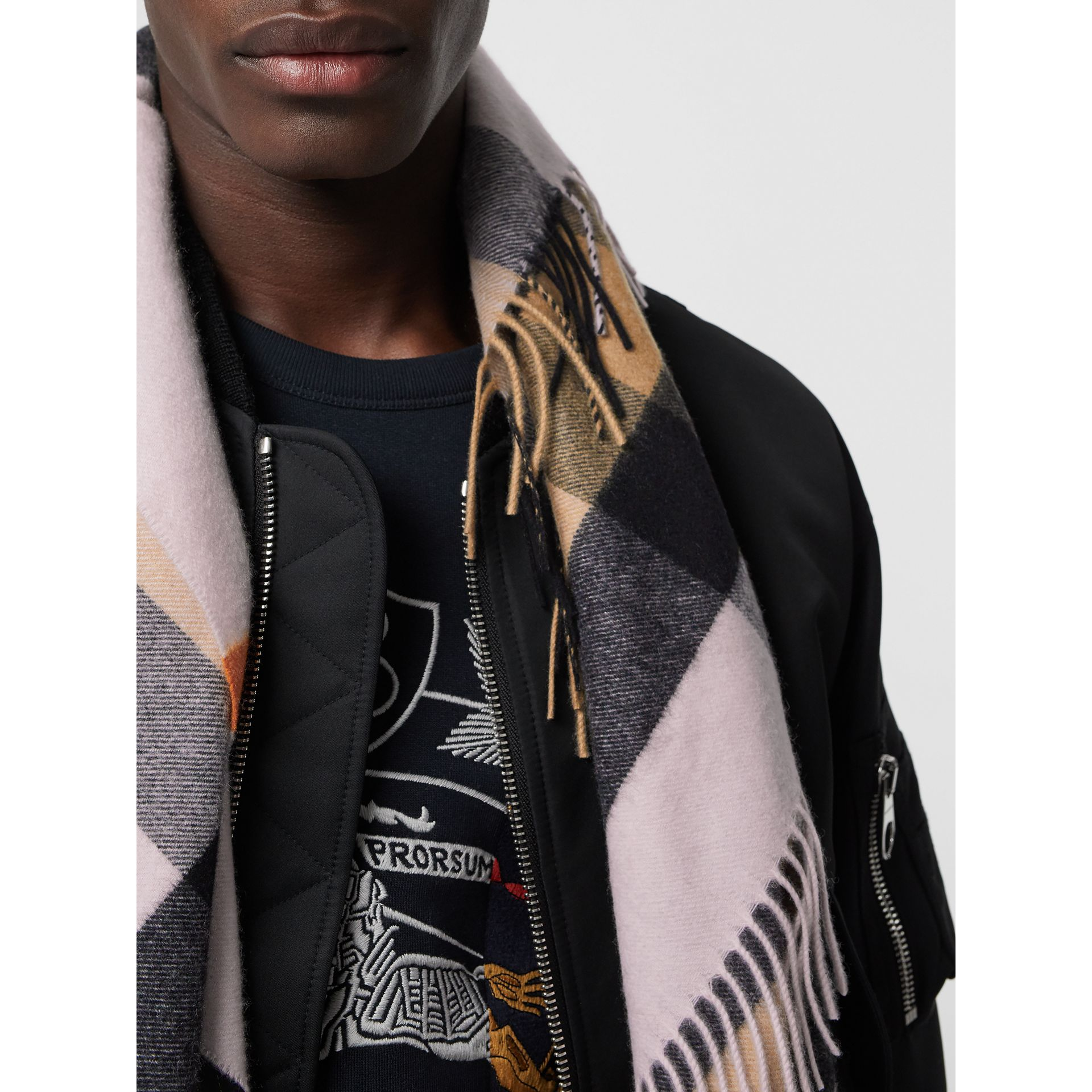 The Burberry Bandana in cashmere con motivo tartan (Pale Blossom) | Burberry - immagine della galleria 6