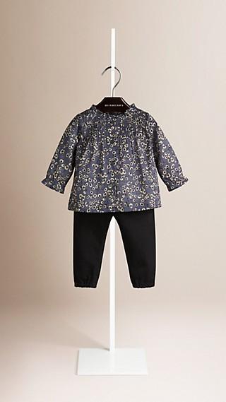 Camisa com estampa floral e detalhe de nervuras