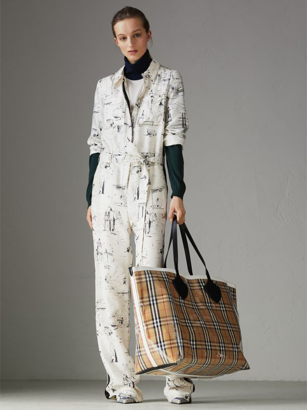 The Giant Tote in Plastic and Vintage Check in Antique Yellow/white - Women | Burberry United Kingdom - cell image 2