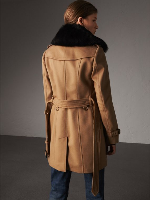 Trench coat in lana e cashmere con collo in pelliccia (Cammello) - Donna | Burberry - cell image 2