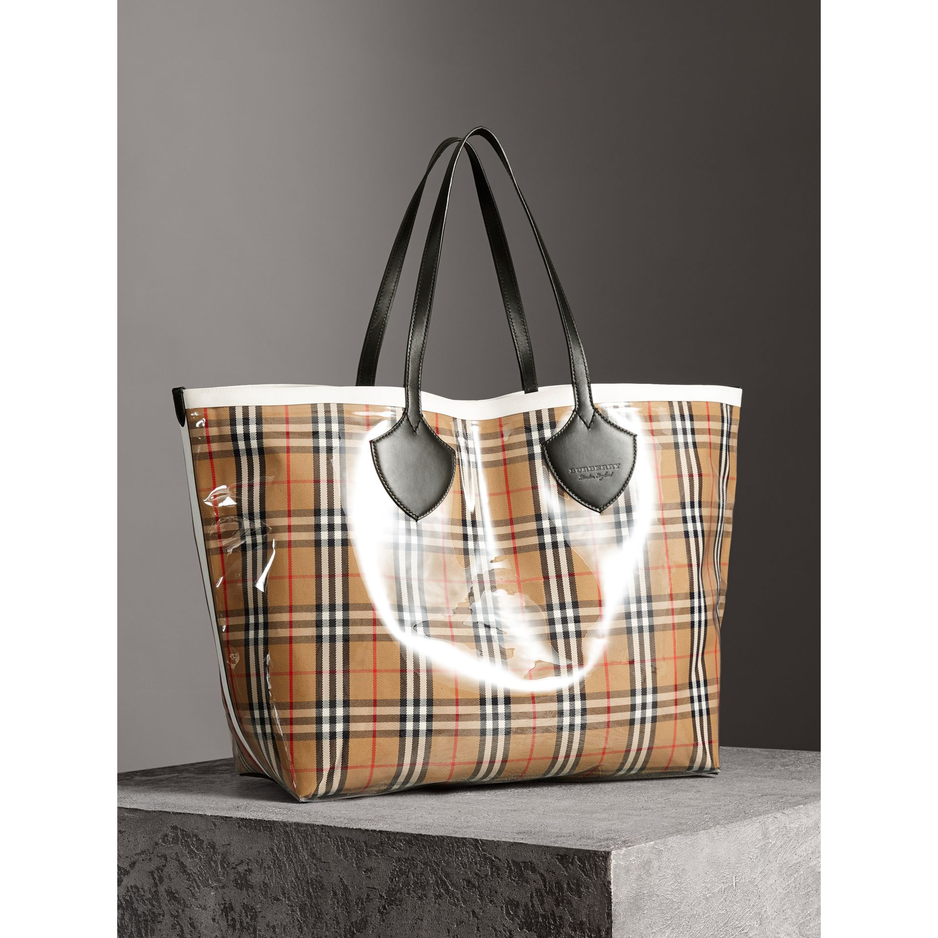 The Giant Tote in Plastic and Vintage Check in Antique Yellow/white - Women | Burberry United Kingdom - gallery image 5