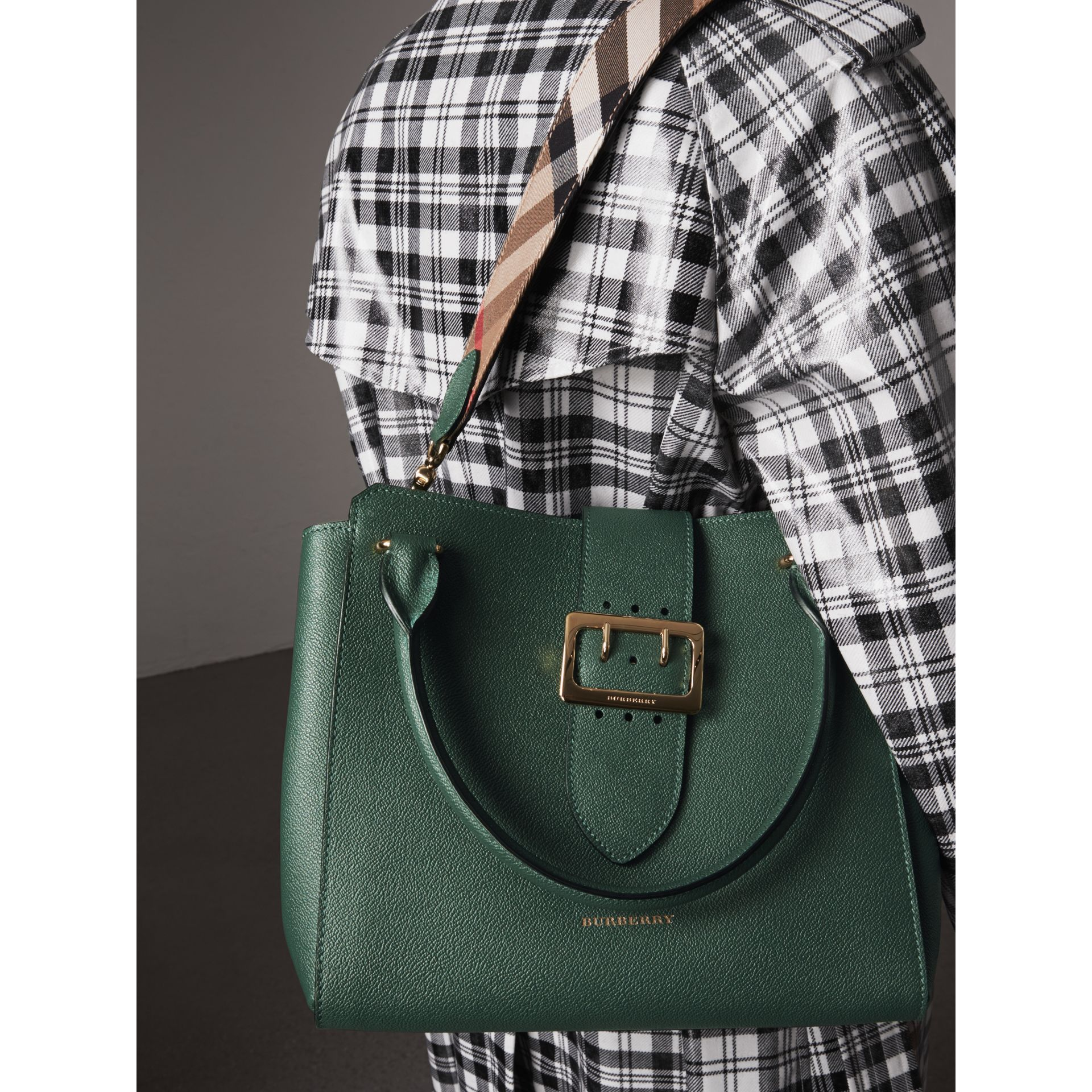 Sac tote The Buckle moyen en cuir grainé (Vert Marin) - Femme | Burberry - photo de la galerie 3